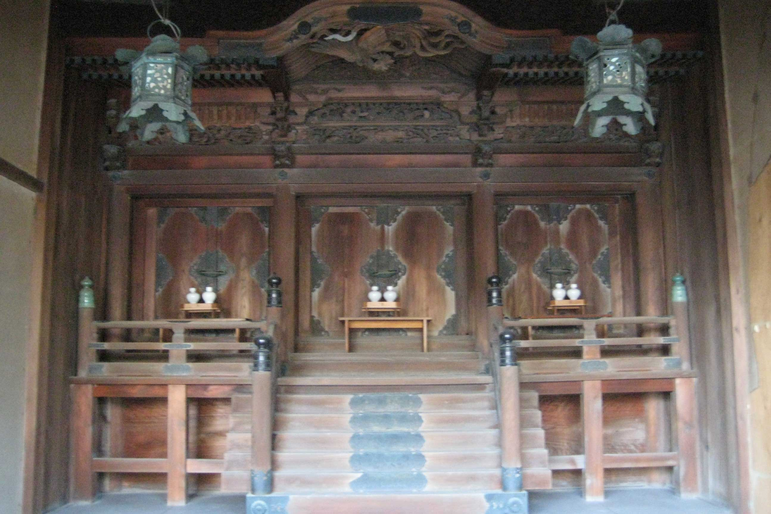 <p>一之社本殿 神殿正面</p>神殿正面設帯擬宝珠高欄的木階和縁,圓柱出組,双檐密椽。屋頂是帯唐破風的檜皮頂。