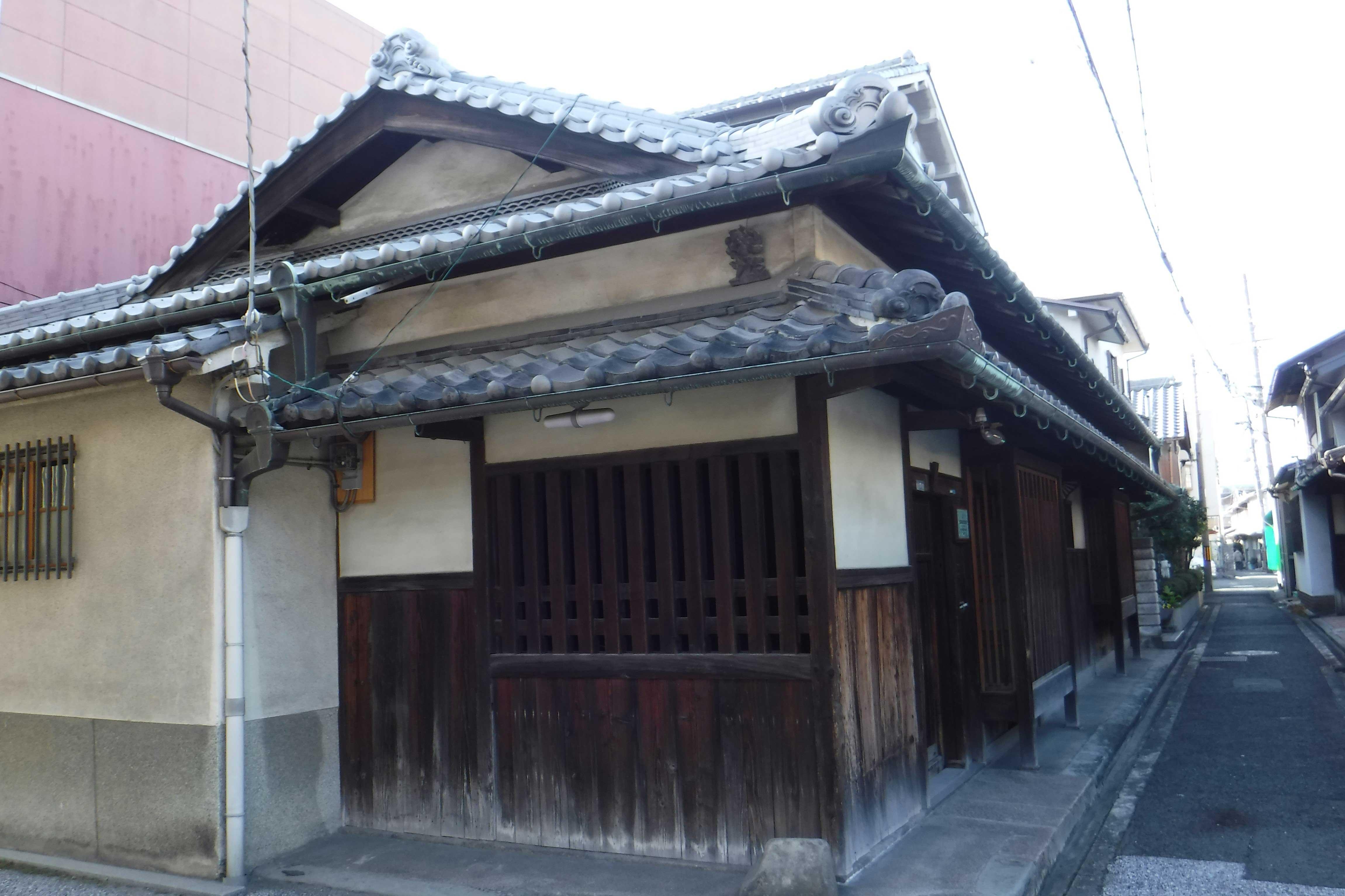 <p>外観東側面</p>木太い無双窓から願泉寺役所を望見できるつくりとなっている。