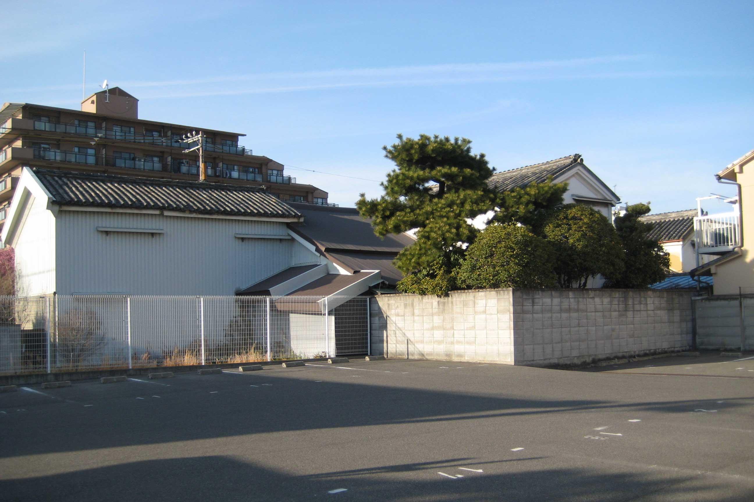 <p>府道堺阪南線側から望見</p>左手平面外観が衣装蔵、右手妻面外観が道具蔵