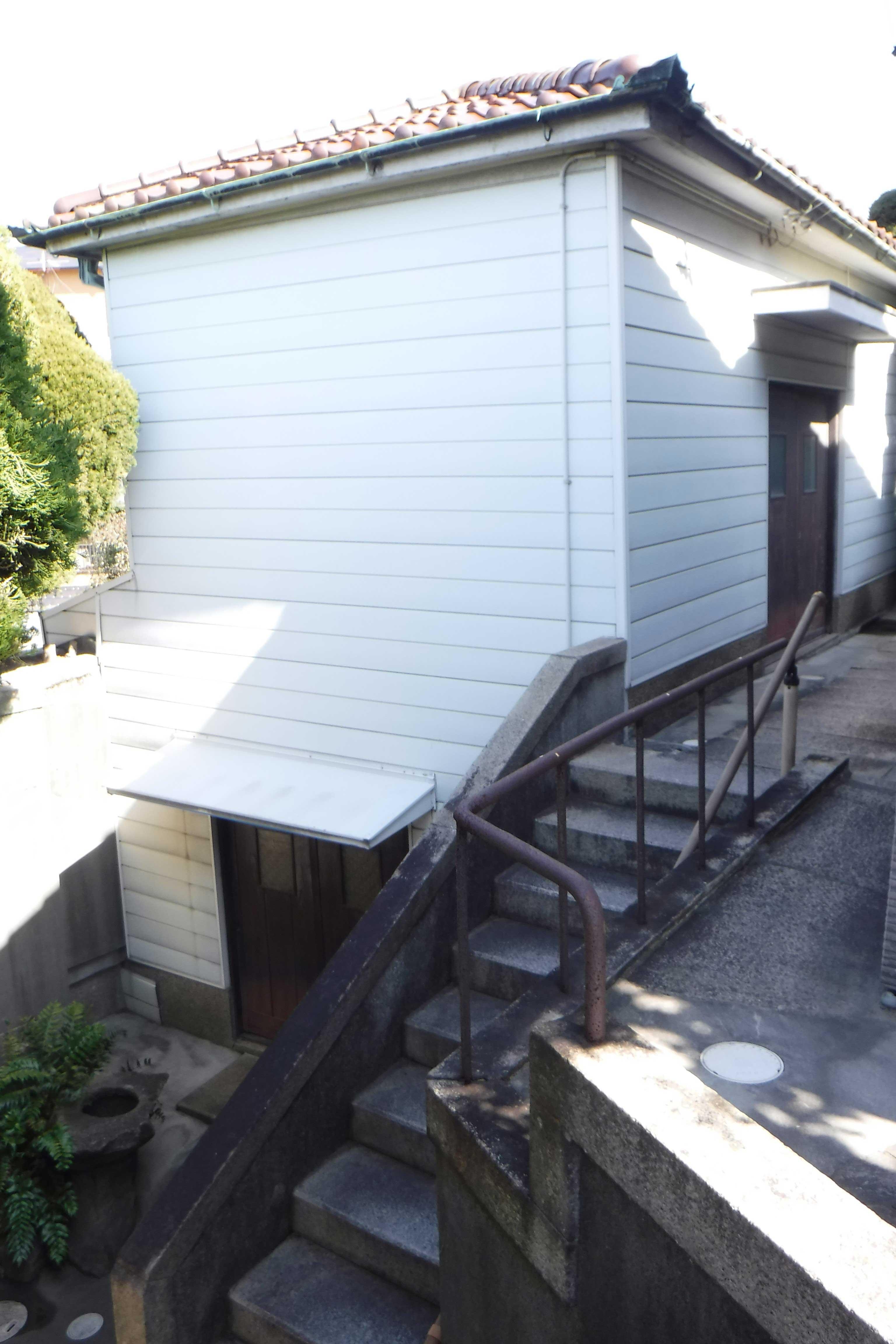 <p>納屋</p>1階西半と地階を納屋とし、1階東半は男衆部屋として押入を備える。旧家における使用人の生活を伝える。