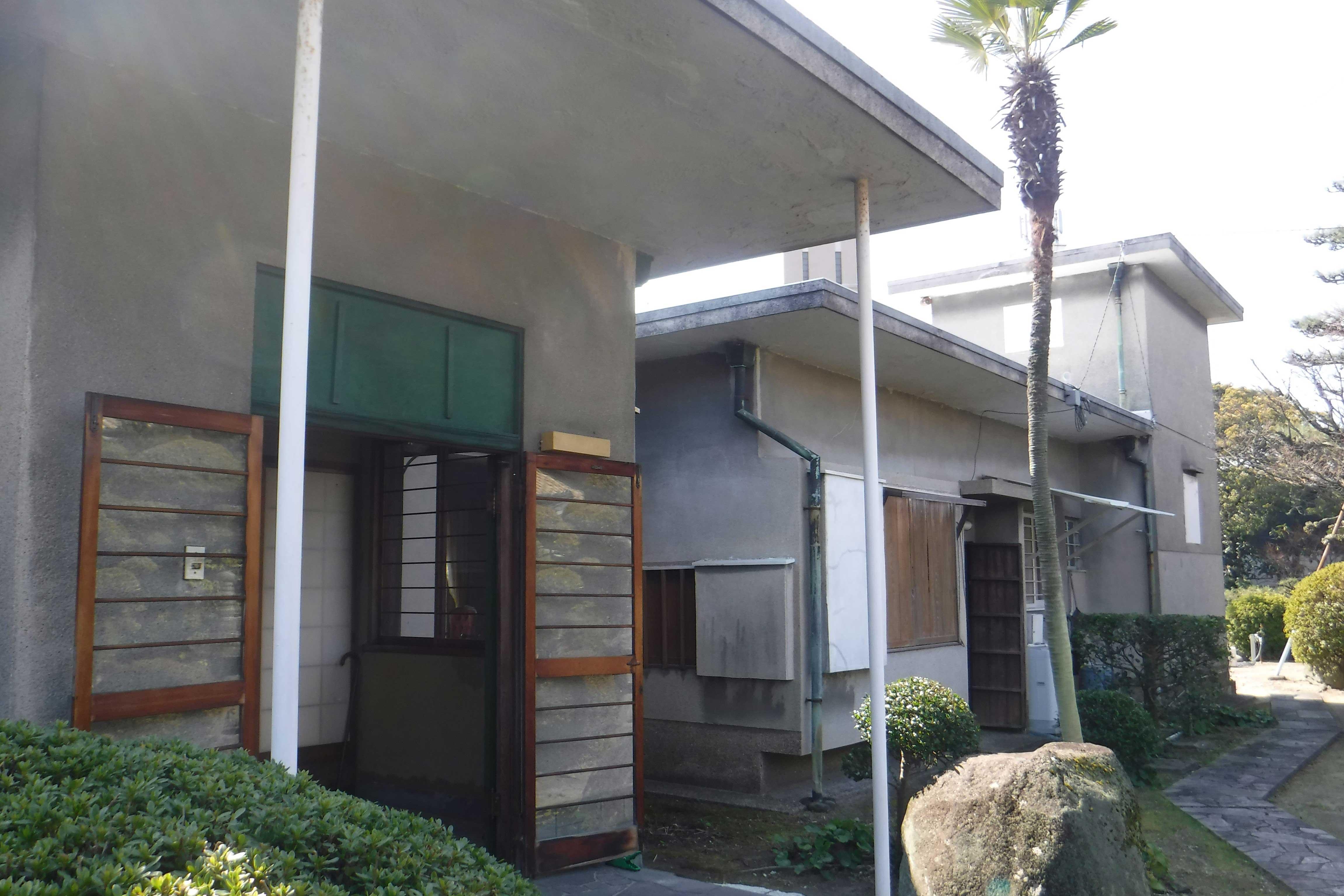<p>新宅 玄関廻り</p>東半の客室部に玄関を構えた鉄筋コンクリート造住宅である。