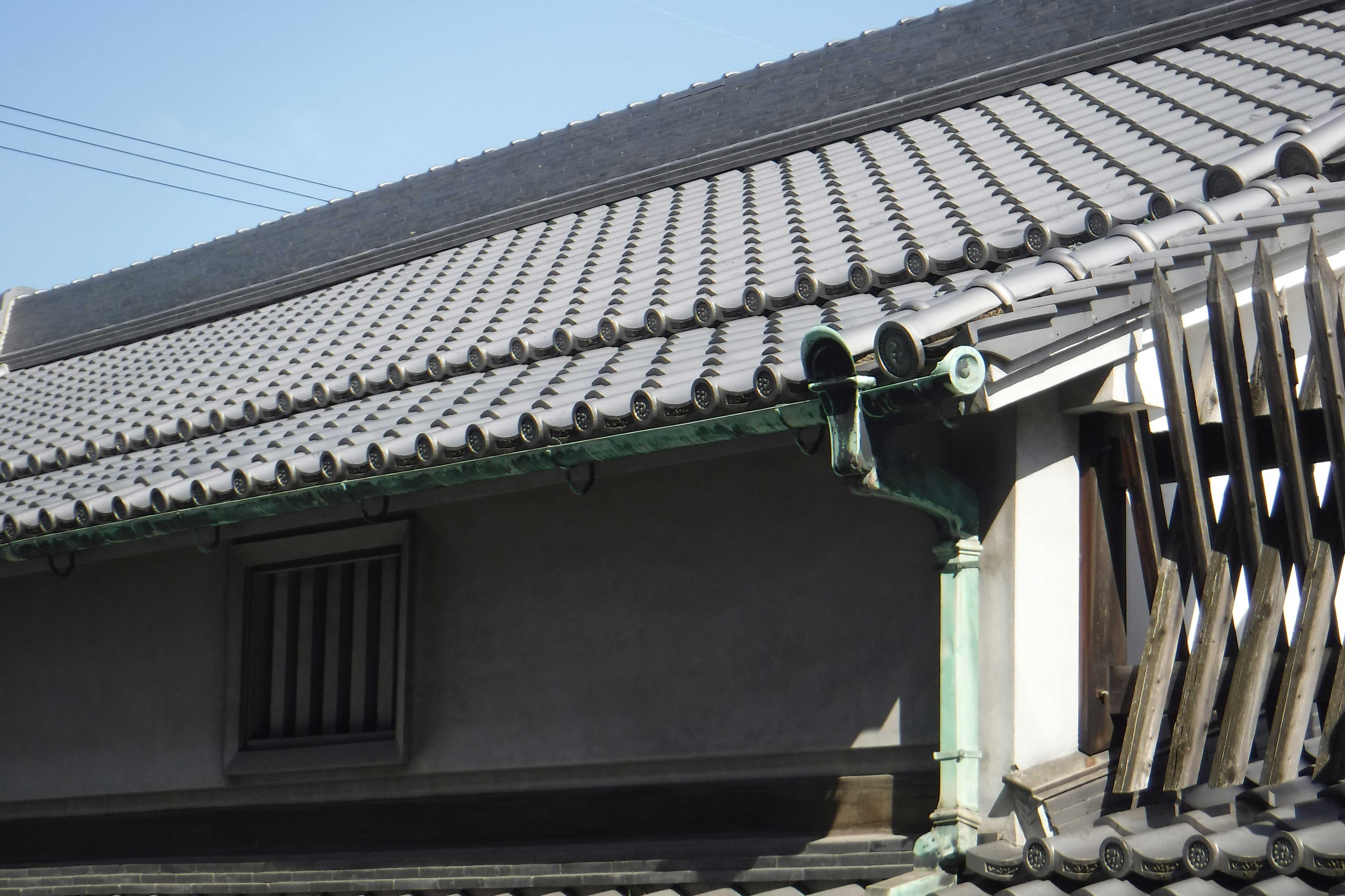 <p>主屋 屋頂的披屋</p>原来是本瓦頂,錣葺形式不変,把本瓦改為桟瓦。