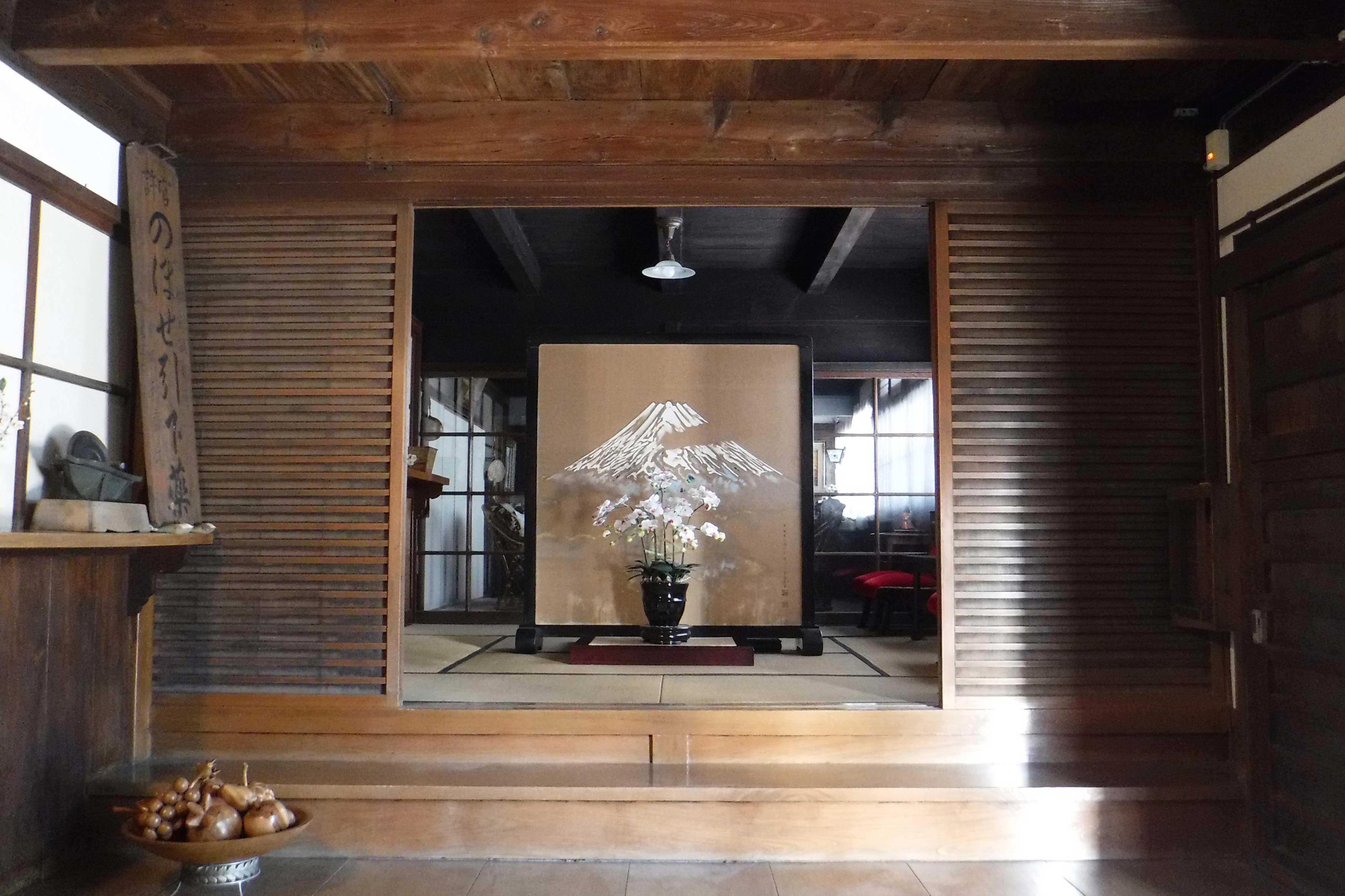 <p>主屋 玄関式台</p>漢方医をしていた頃は、手前和室を待合室に、衝立向こうのガラス戸の奥を診察室にしていたという。