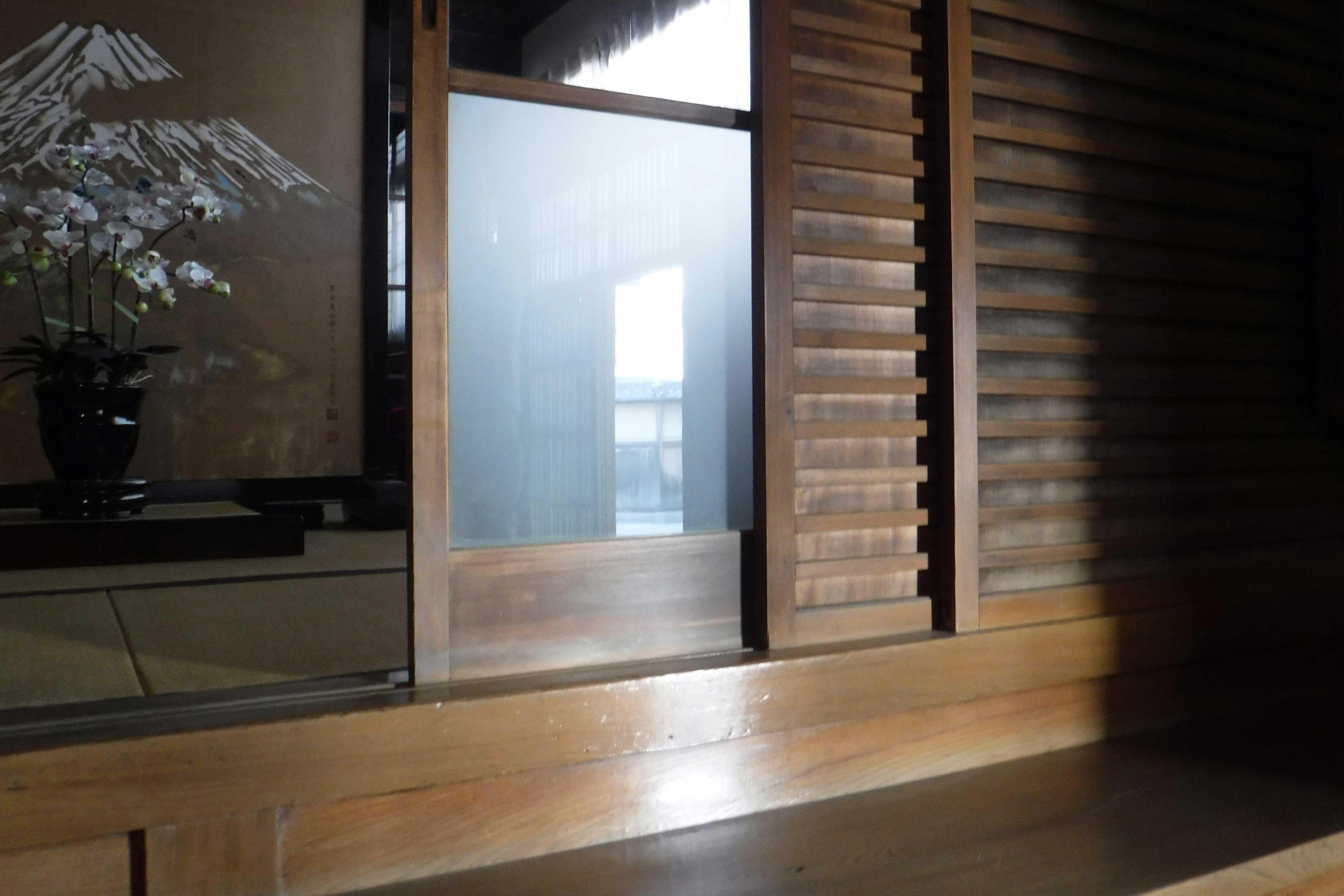 <p>主屋 玻璃門と舞良戸(正面密布木条的板門)</p>当漢方医時作為等候室,之後改為玻璃門的。