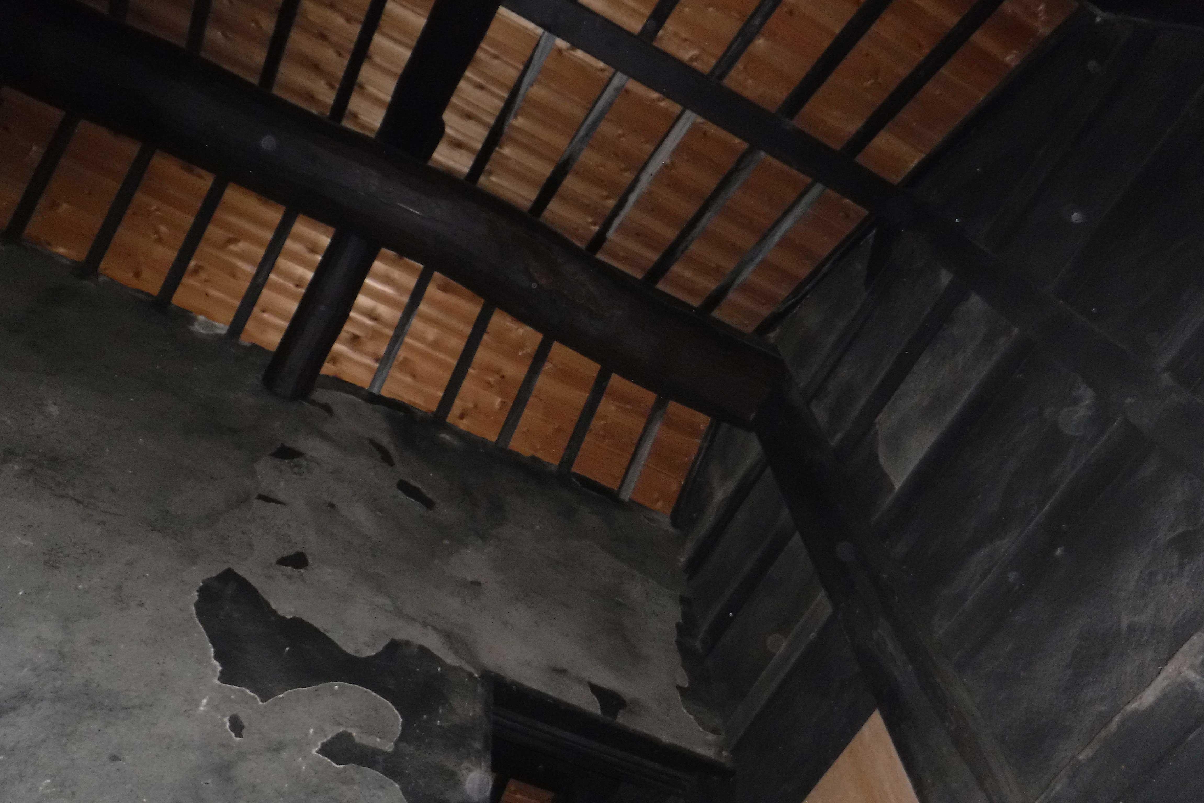 <p>主屋 梁柱主結構,屋頂結構構架</p>屋頂翻造為桟瓦頂時的瓦下木板。