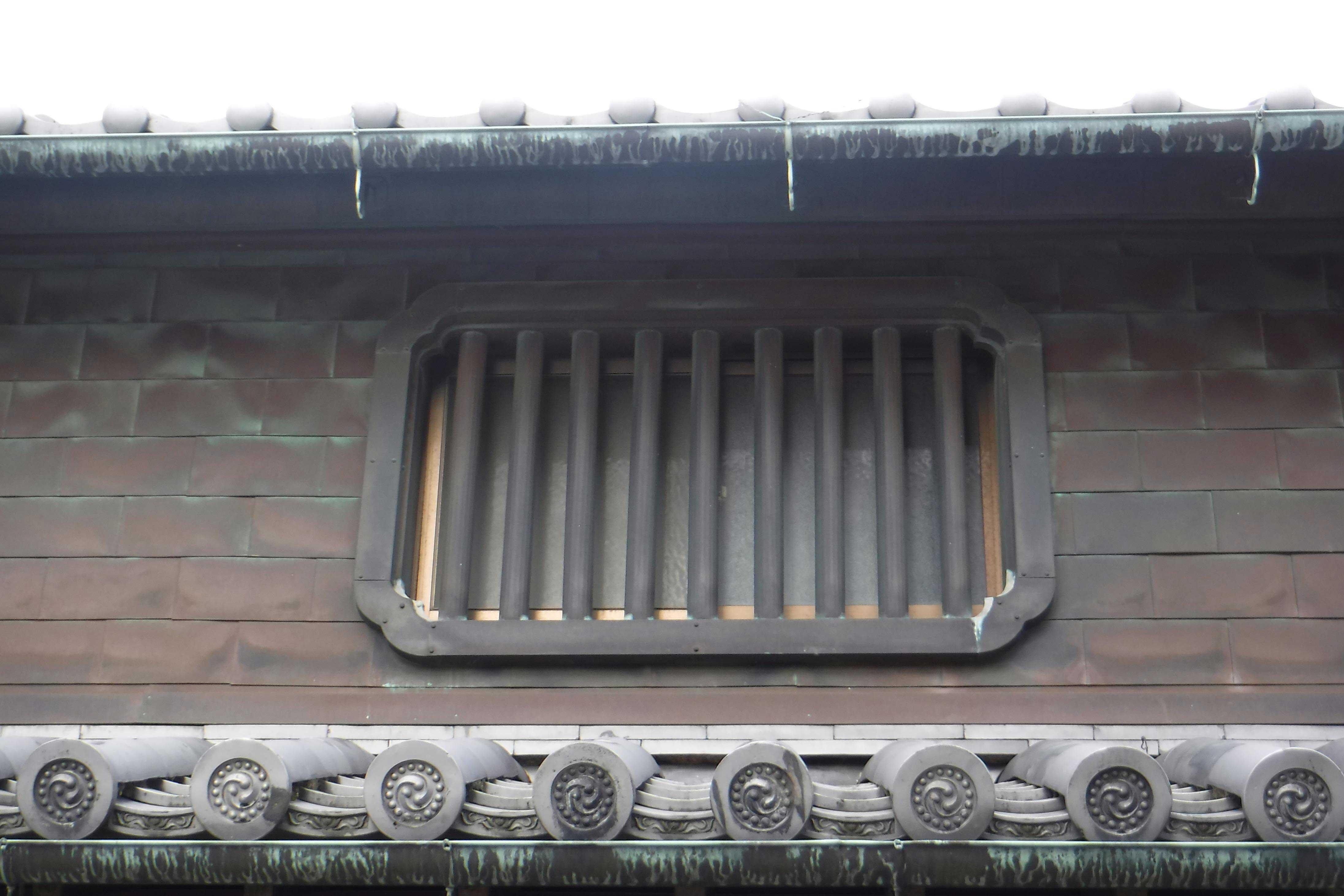 <p>主屋 虫籠窓</p>壁面を銅板張にした際、格子も銅板製で改修した