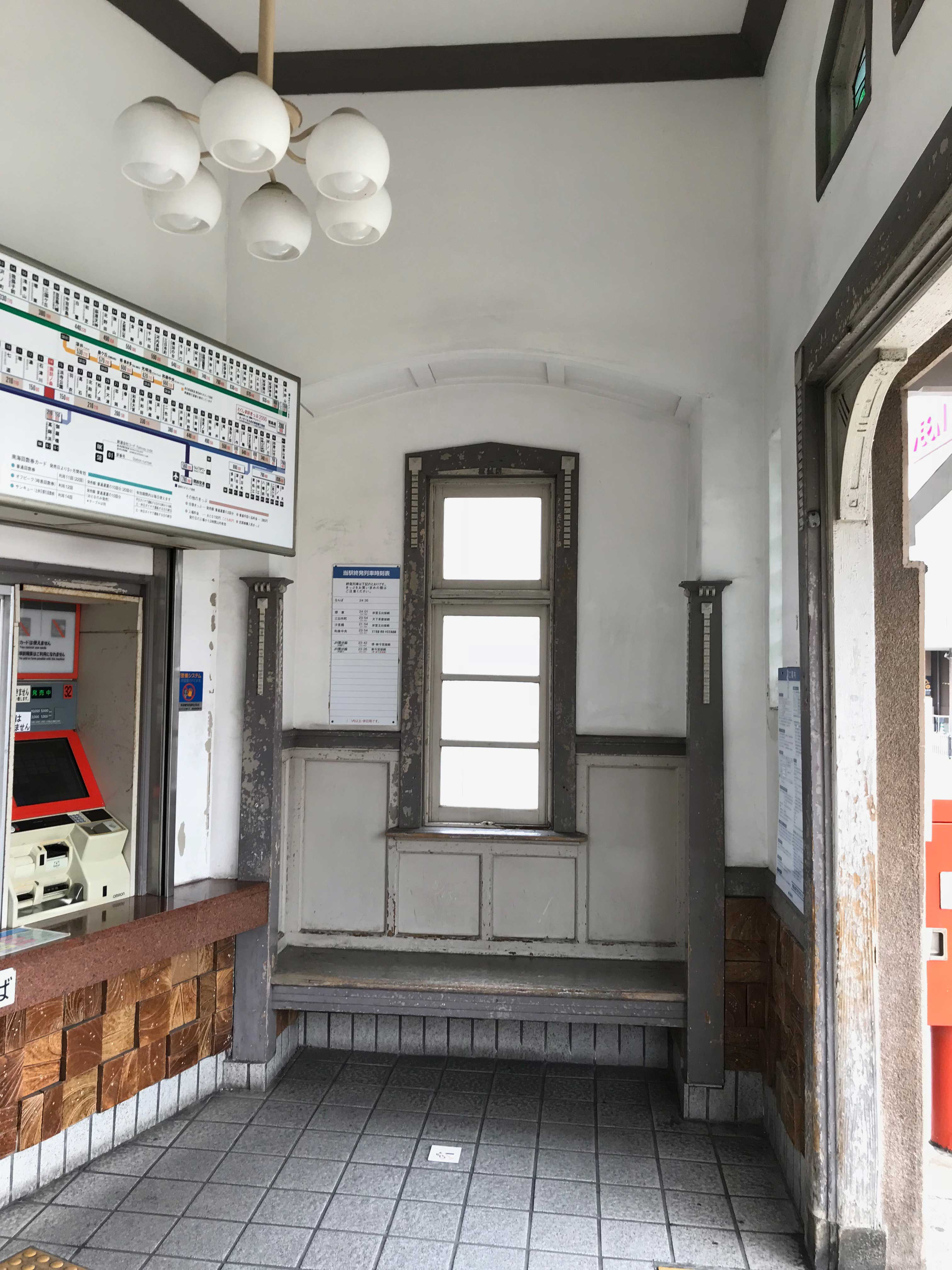 <p>諏訪ノ森駅駅舎-待ち合い空間</p>