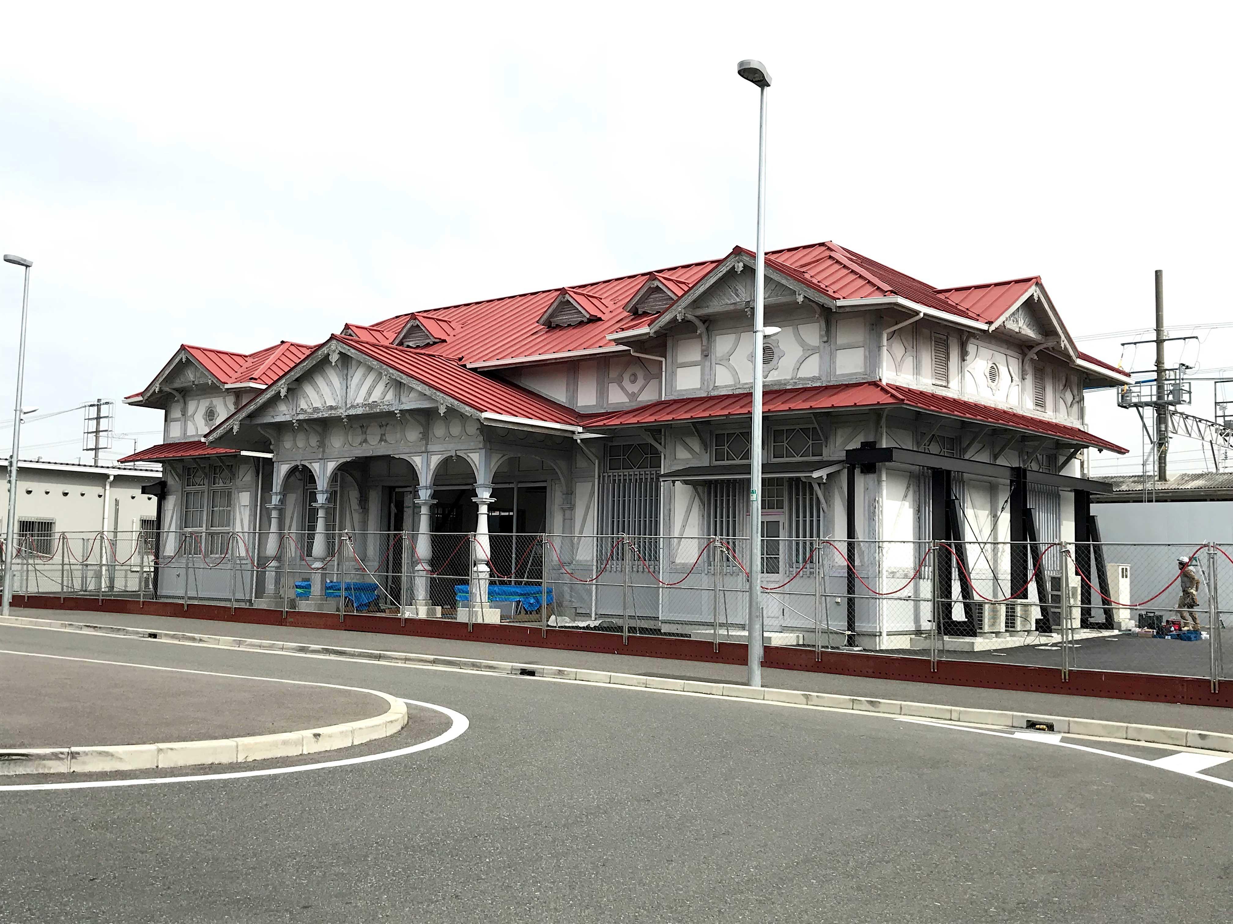 <p>浜寺公園駅駅舎-3</p>南西より見る