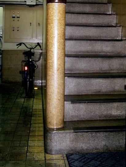 <p>階段周りのデザイン(登録時)</p>外観の流れるようなラインのイメージが階段や手摺壁など内部のデザインにも取り入れられている。