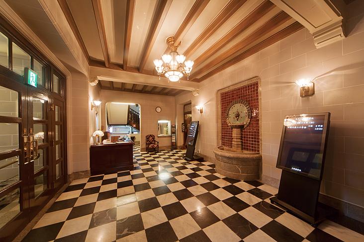 <p>玄関ホール(1階)</p>真正面に邪鬼がかたどられた泉盤。床は市松模様の大理石。国会議事堂と同じ千歳石使用。 邪鬼の顔の目玉は翡翠で作られています。