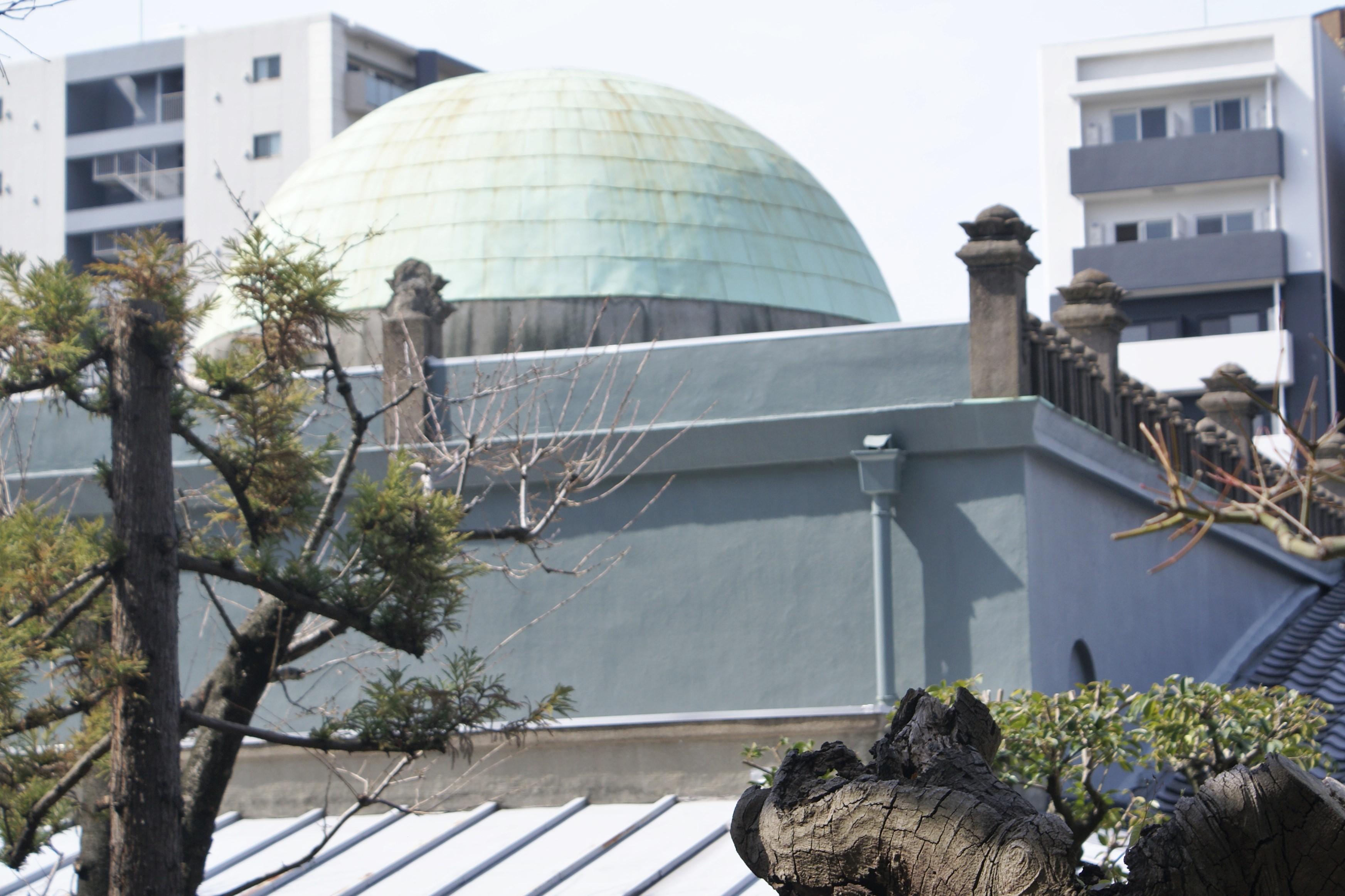 <p>背面から見るドーム屋根</p>ドームとパラペットの宝珠柱風手摺子が見える。