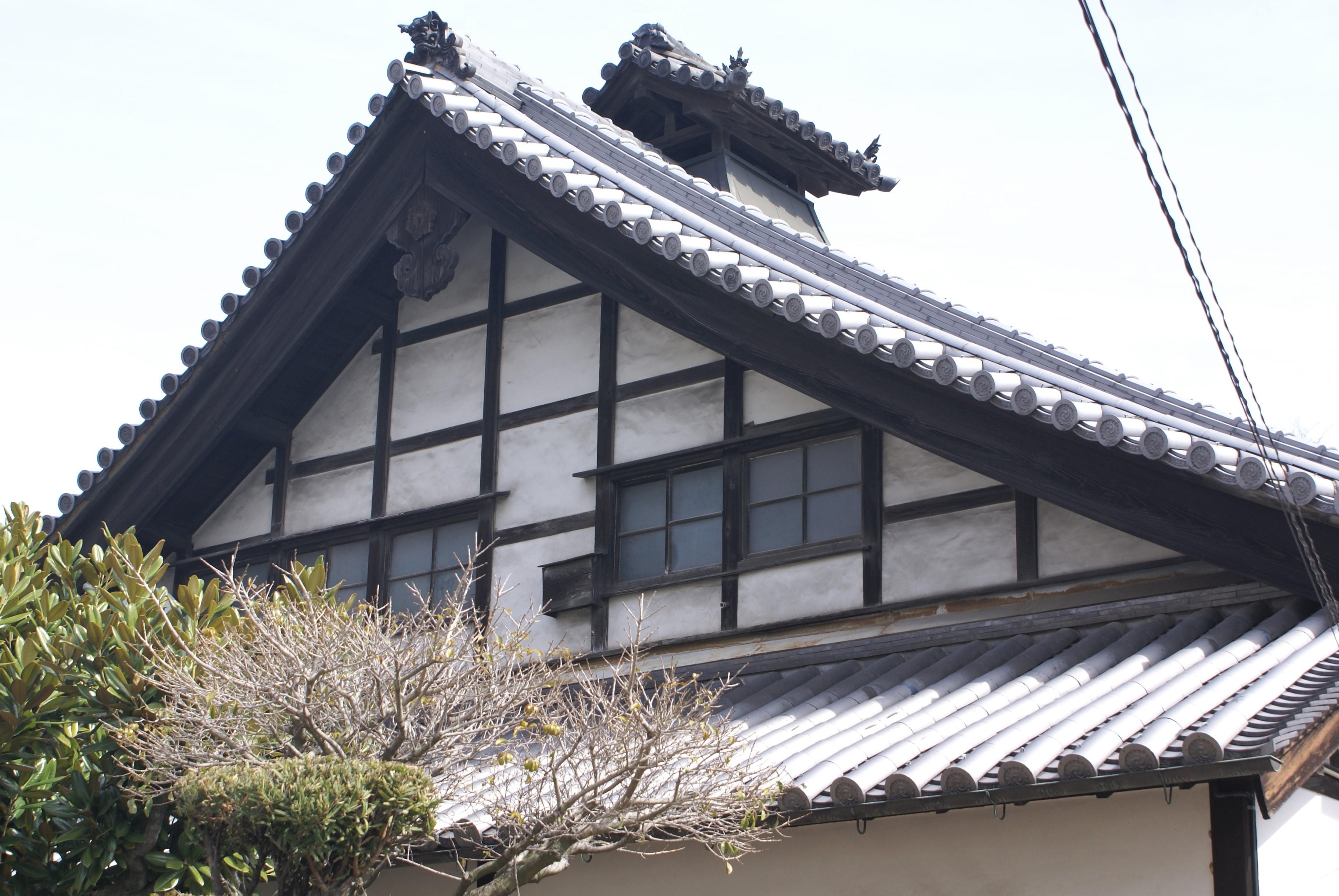 <p>山花面的意匠</p>懸山頂設廂屋。本瓦頂的大屋脊設出煙処。