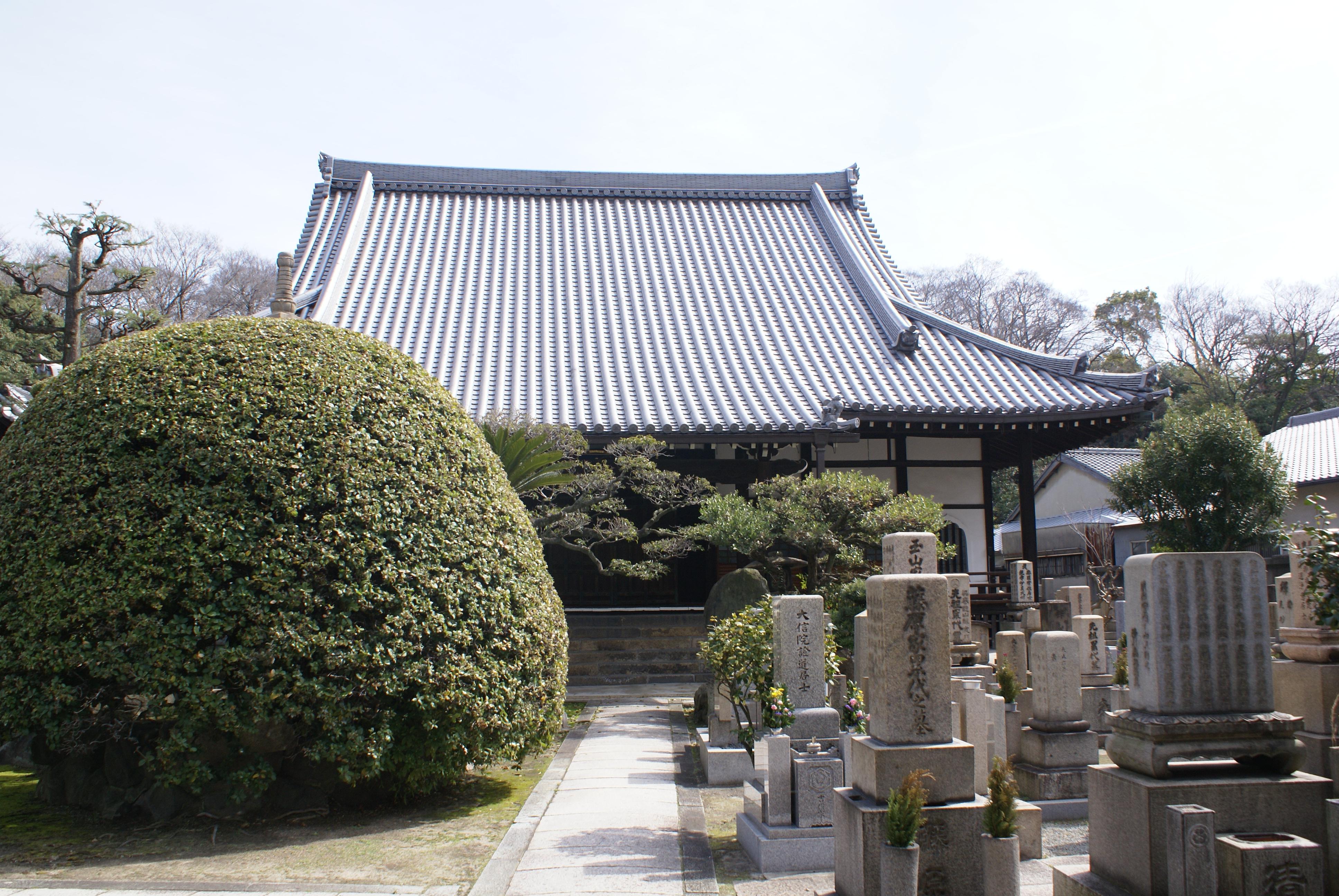 <p>本堂正面</p>入母屋造本瓦葺の屋根と、正面の一間向拝が見える。