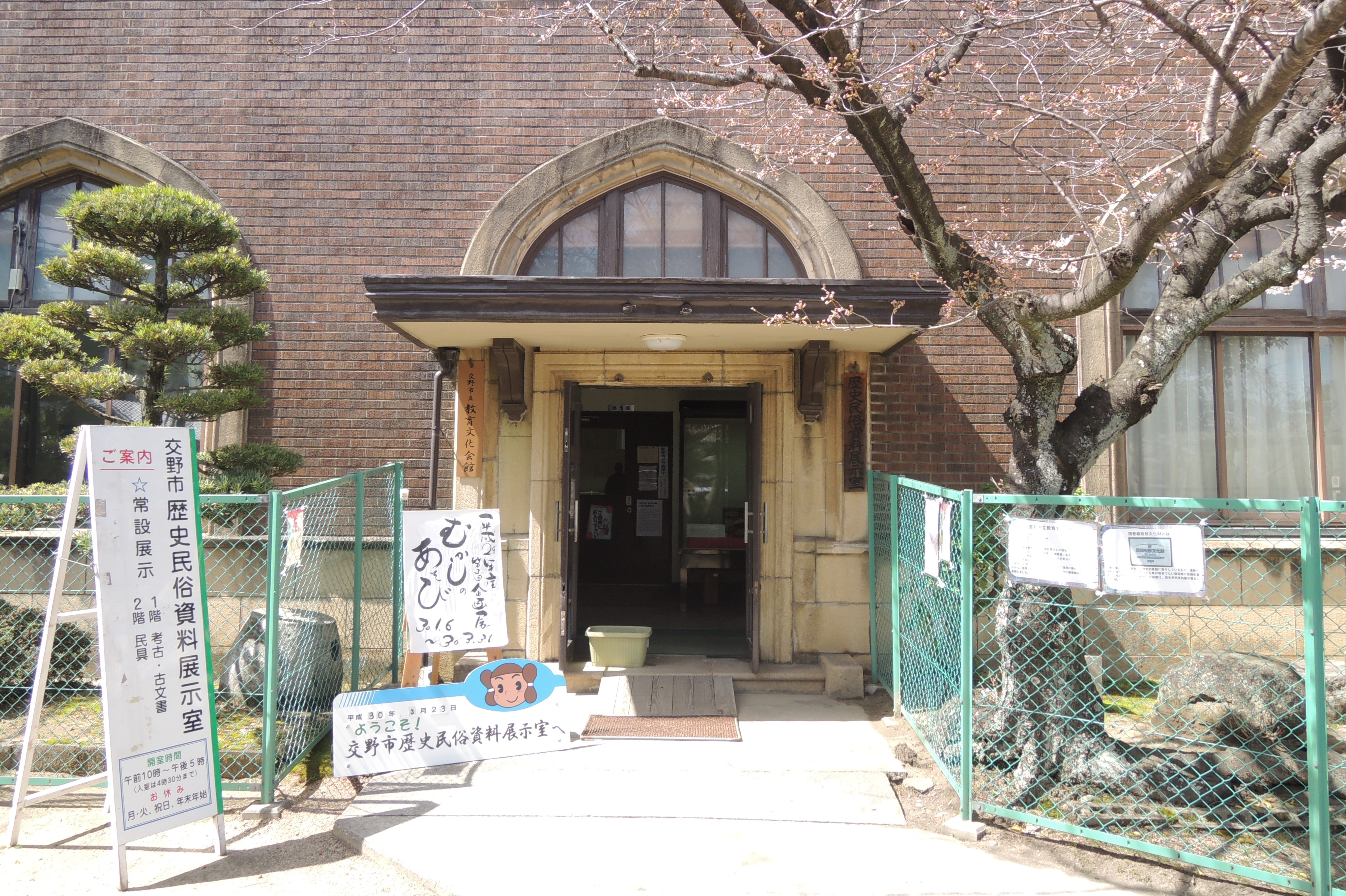 <p>玄関回りのディテール</p>玄関や1階の窓はチェダーアーチを配している。チューダーアーチとは、幅広で平たい尖頭アーチのこと。アーチ部分の枠は木製である。