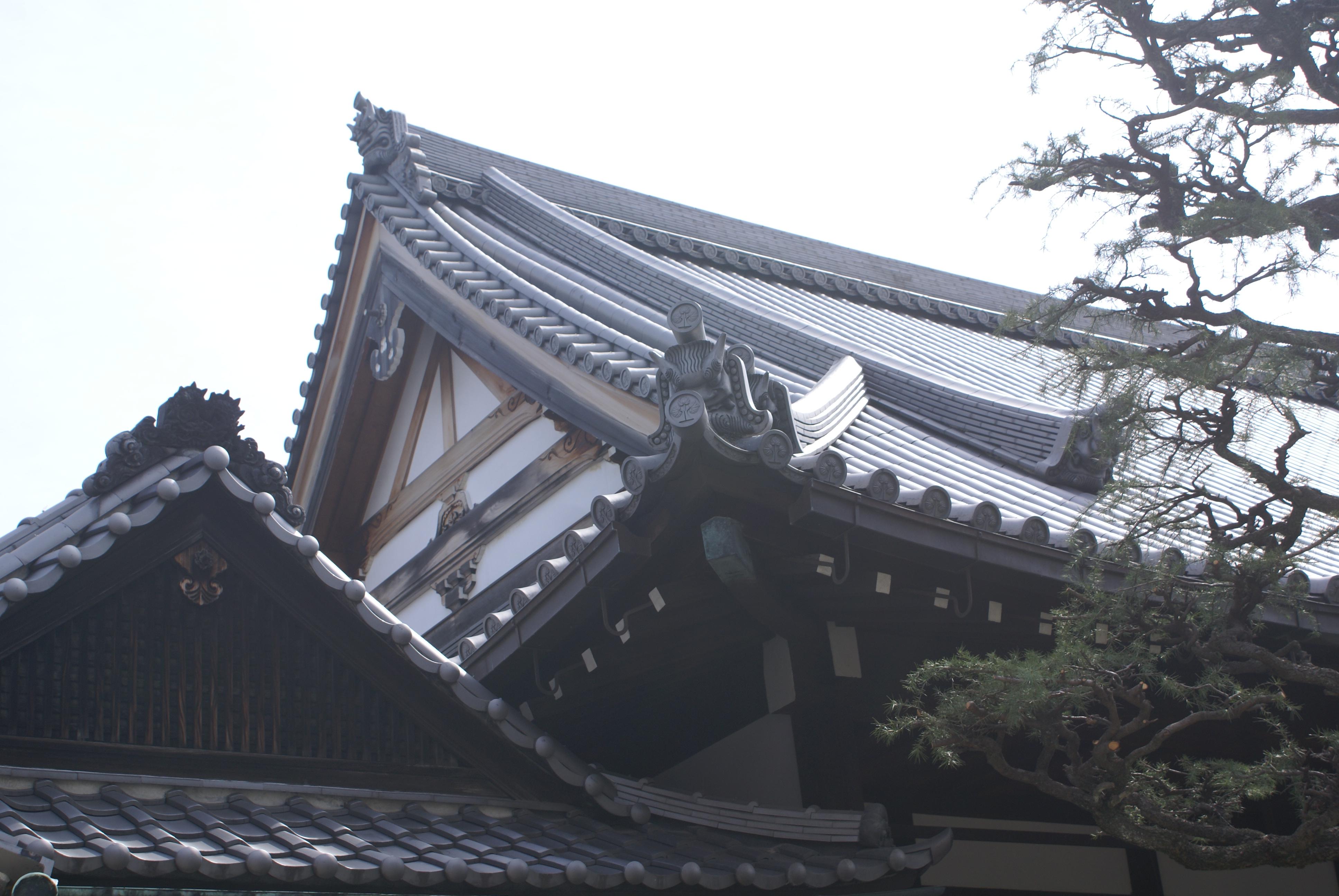 <p>玄関和本堂山花面的意匠。</p>玄関山花面,破風内方的木連格子。本堂叉首和短柱意匠。