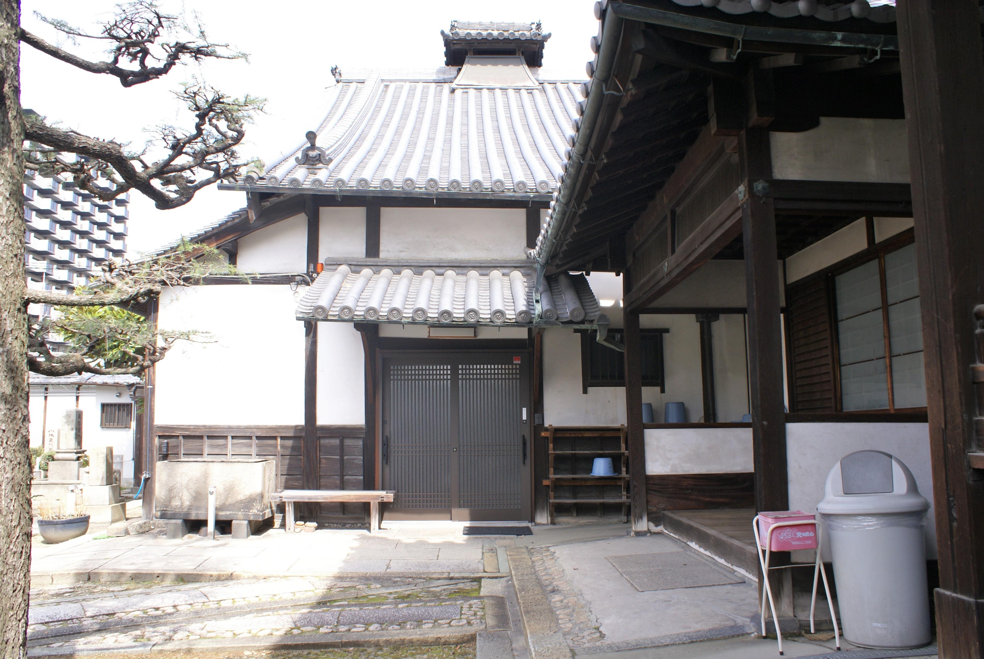 <p>庫裏的出入口</p>庫裏南面西側的小屋頂以為出入口。右辺的是玄関。