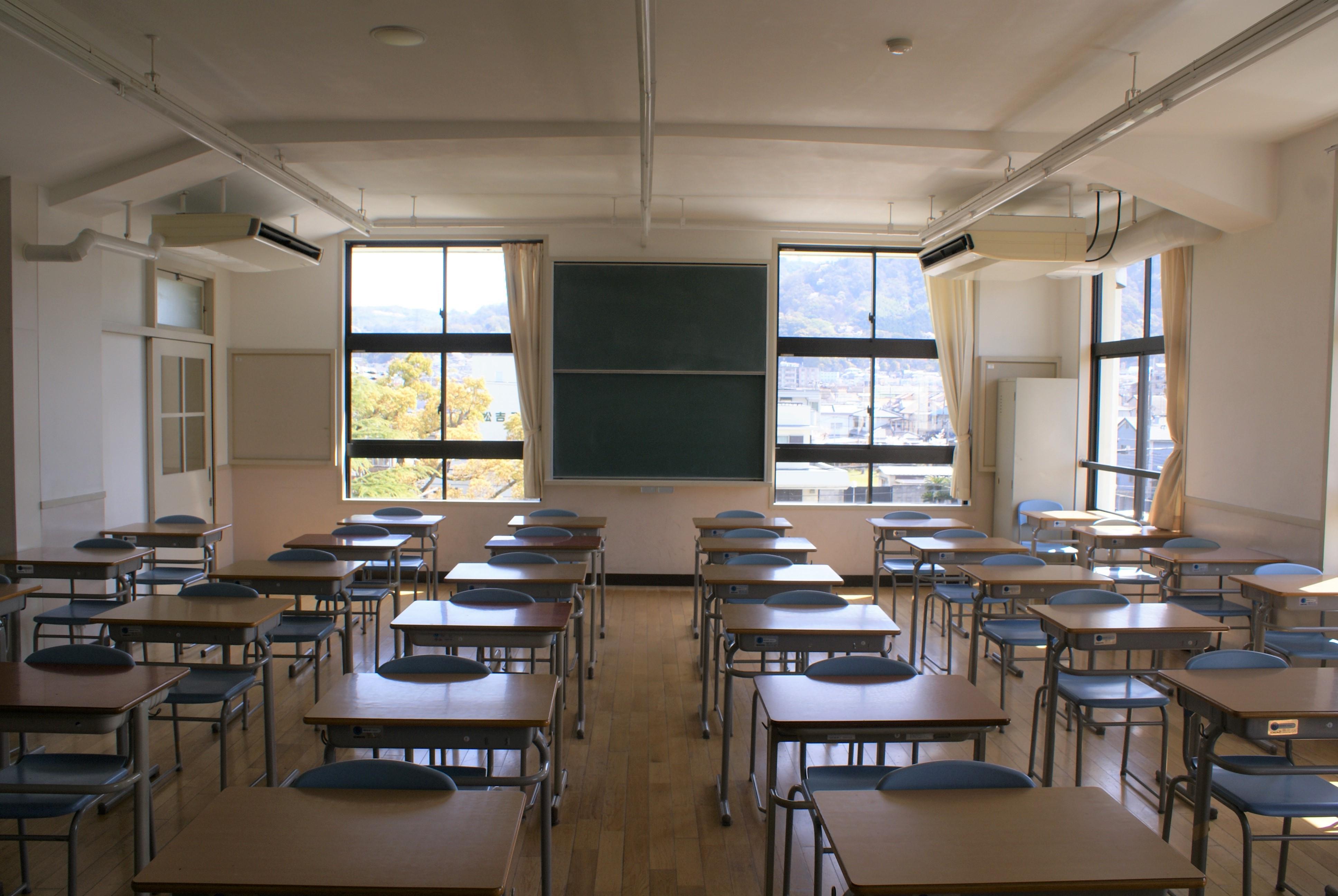 <p>北側東西棟 2階東端の教室</p>教室の大きさは、4間X5間を基本にしている。室内は石膏プラスター仕上げとし、スラブや梁型に直接塗り上げていた。梁は柱の付け根でハンチを大きくとっている。改修工事で床をかさ上げしたため、窓下端が低くなっている。東側の窓からは、飯盛山が見える。