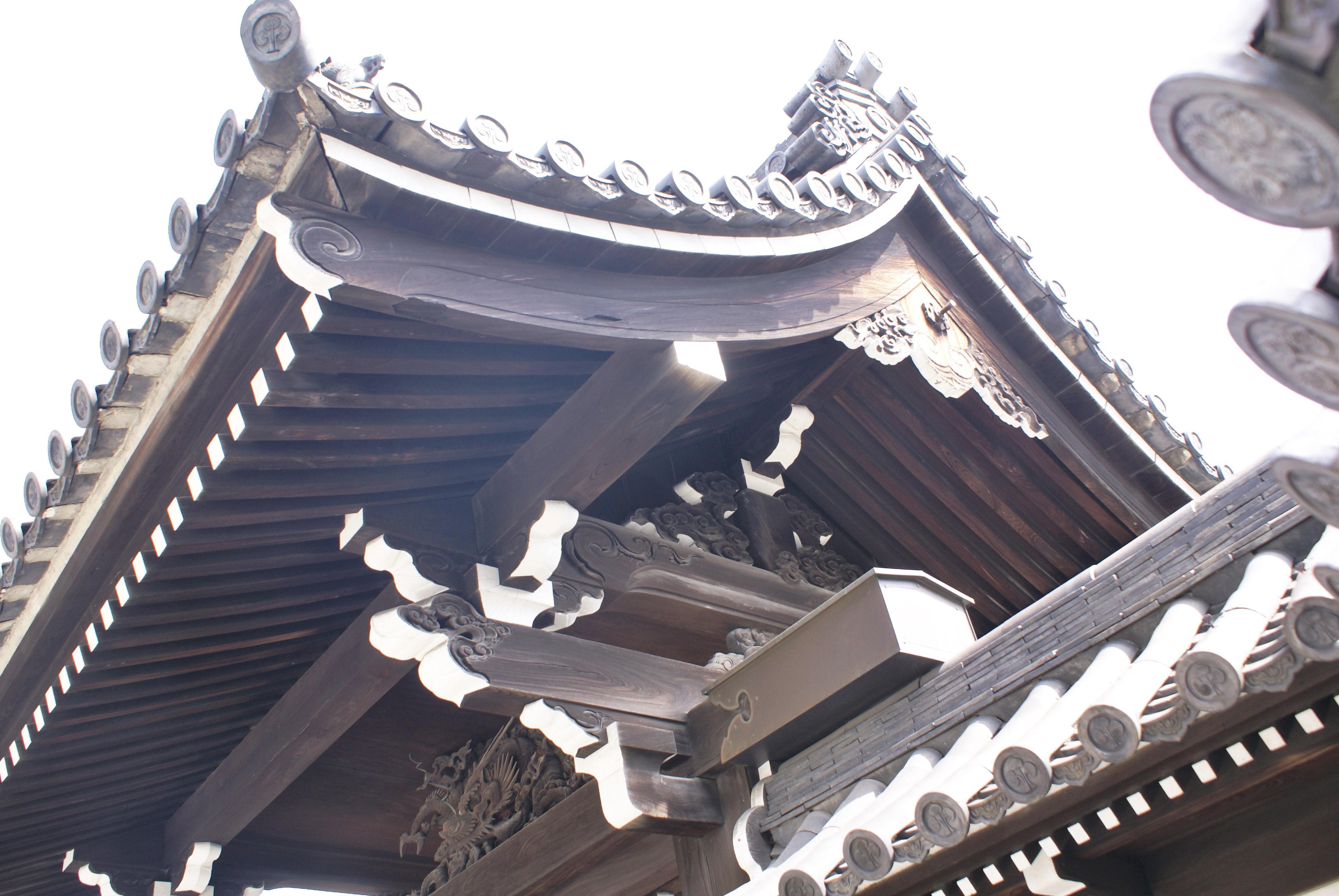 <p>妻側から架構を見る。</p>大斗肘木を組み、虹梁と軒桁を支持。大瓶束の両脇に笈形(装飾として置く彫り物)が付く。