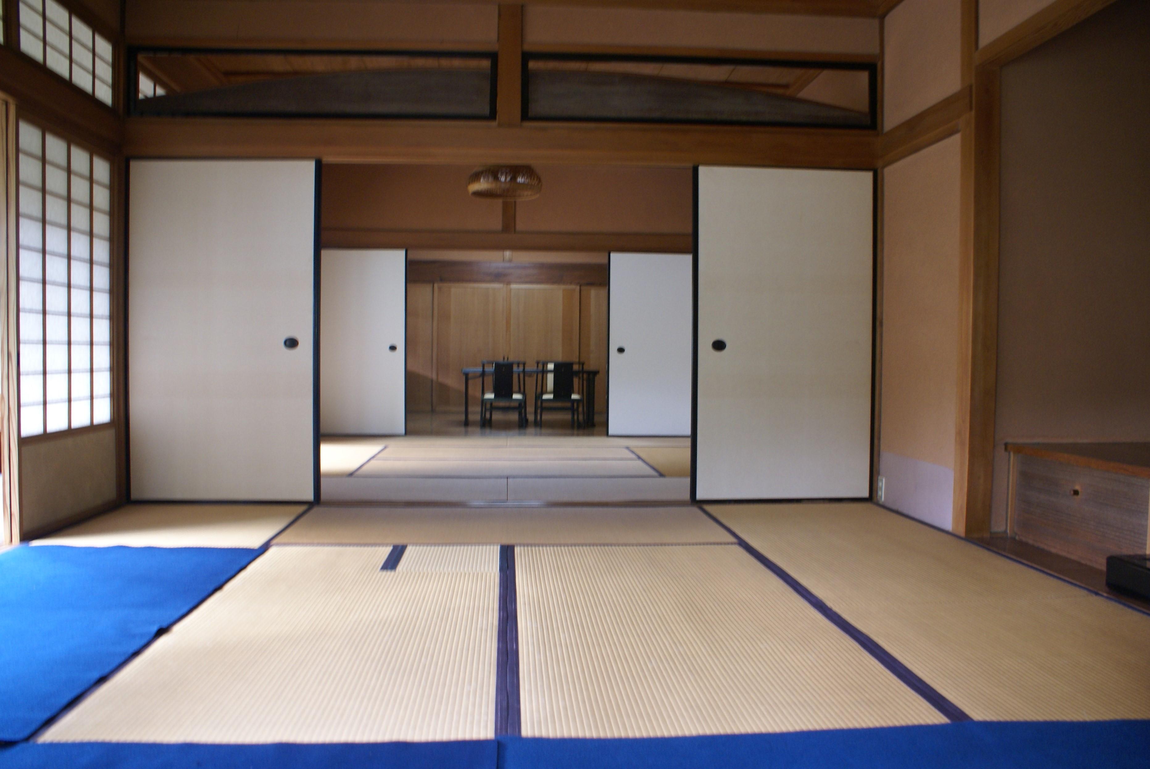<p>8畳3間続きの広間</p>木材の美しさが際立った桐のくし型板の欄間。奥は8畳の板の間で、格天井とし近代和風的な意匠である。
