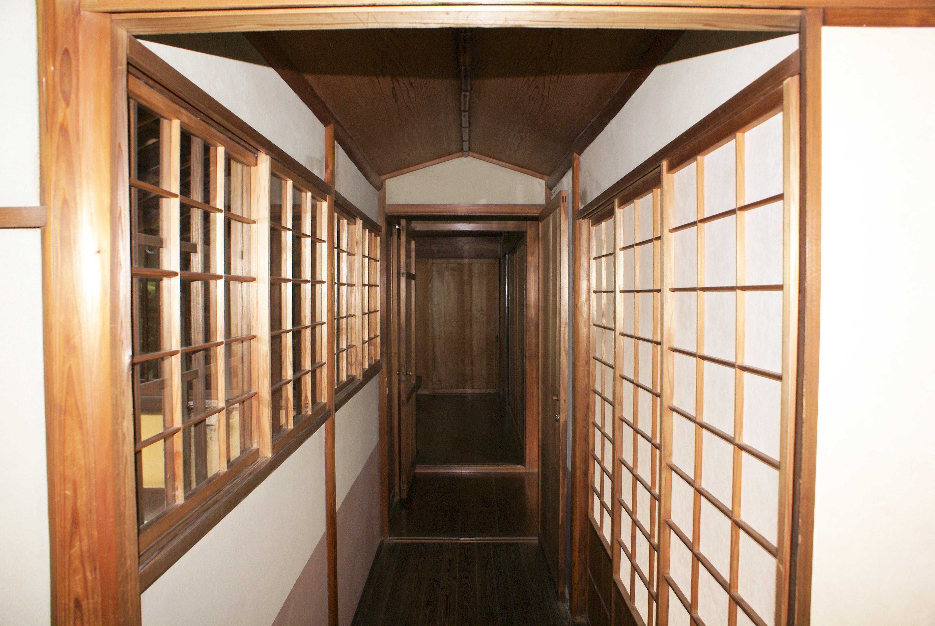 <p>玄関から座敷に続く渡り廊下</p>露地側に出入口を設けた半間幅の渡り廊下は船底天井、武者小路千家の茶室「行舟亭」を思わせる意匠である。