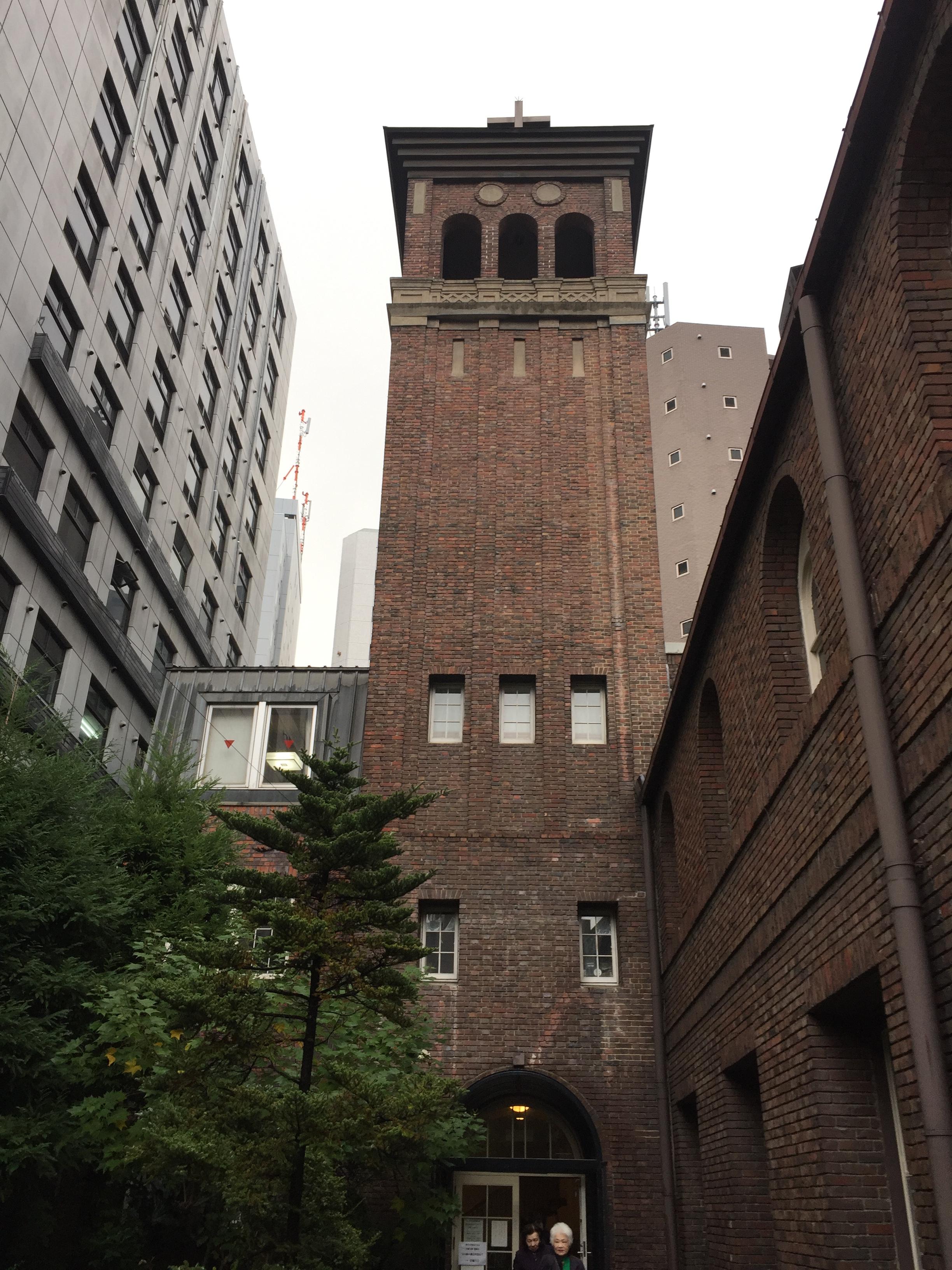 <p>鐘楼</p>教会北西に位置する鐘楼外観。