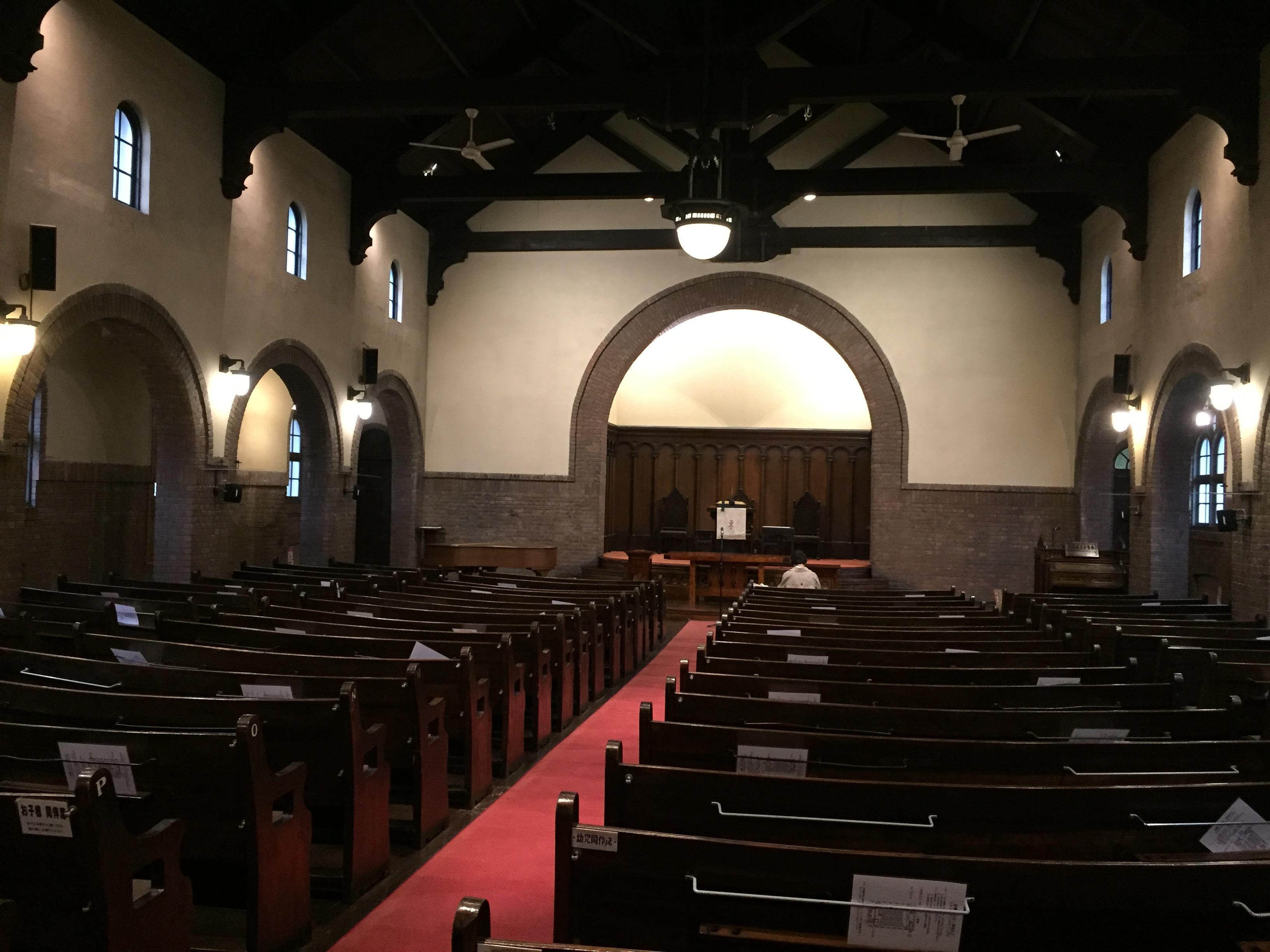 <p>礼拝堂全景</p>礼拝堂の後ろ通路より礼拝堂全体を見る。礼拝を受けるものが皆祭壇に向かえるよう、曲線の長椅子となっているのがわかる。