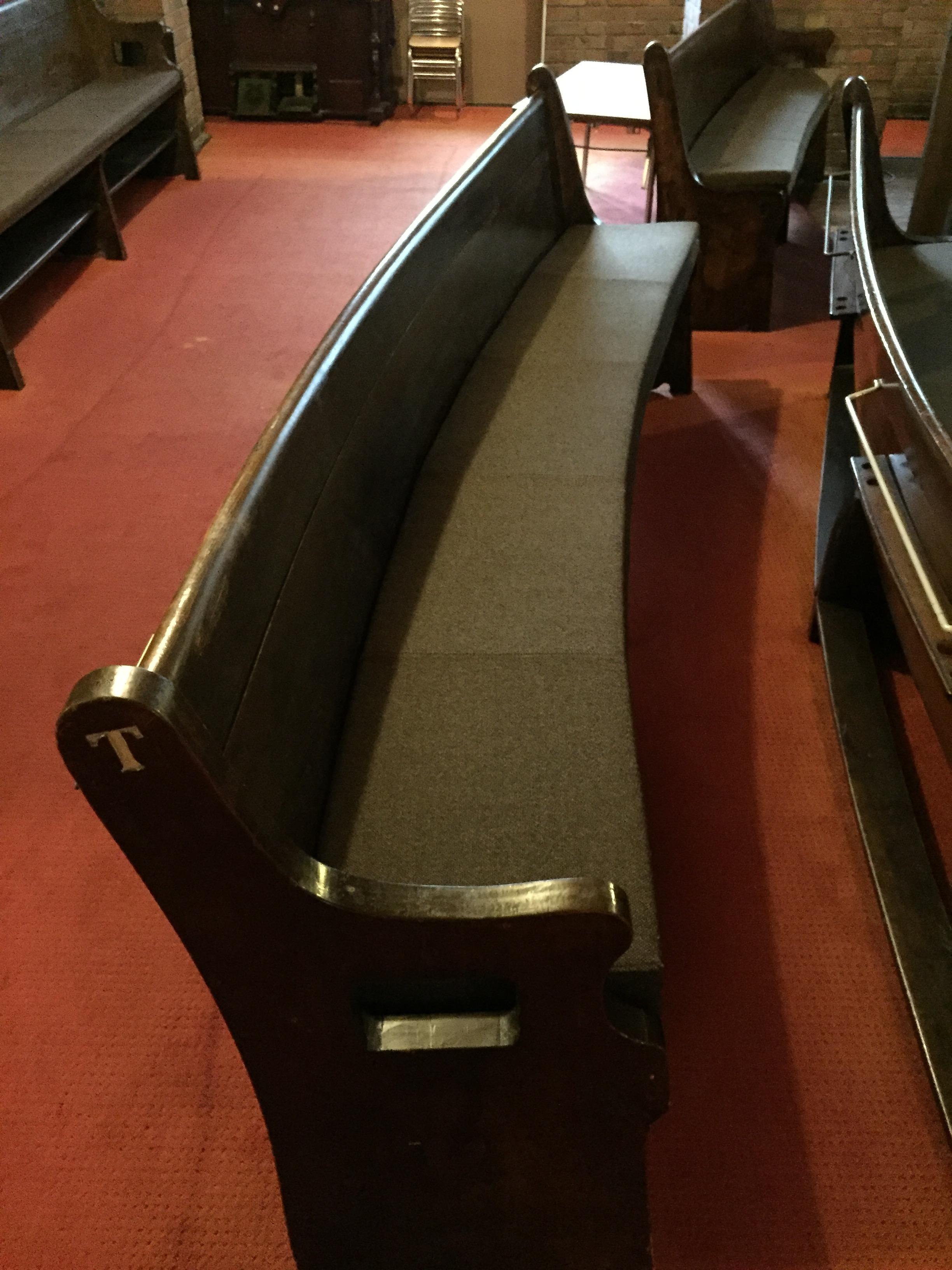 <p>礼拝堂長椅子</p>曲線でデザインされた礼拝堂の長椅子。
