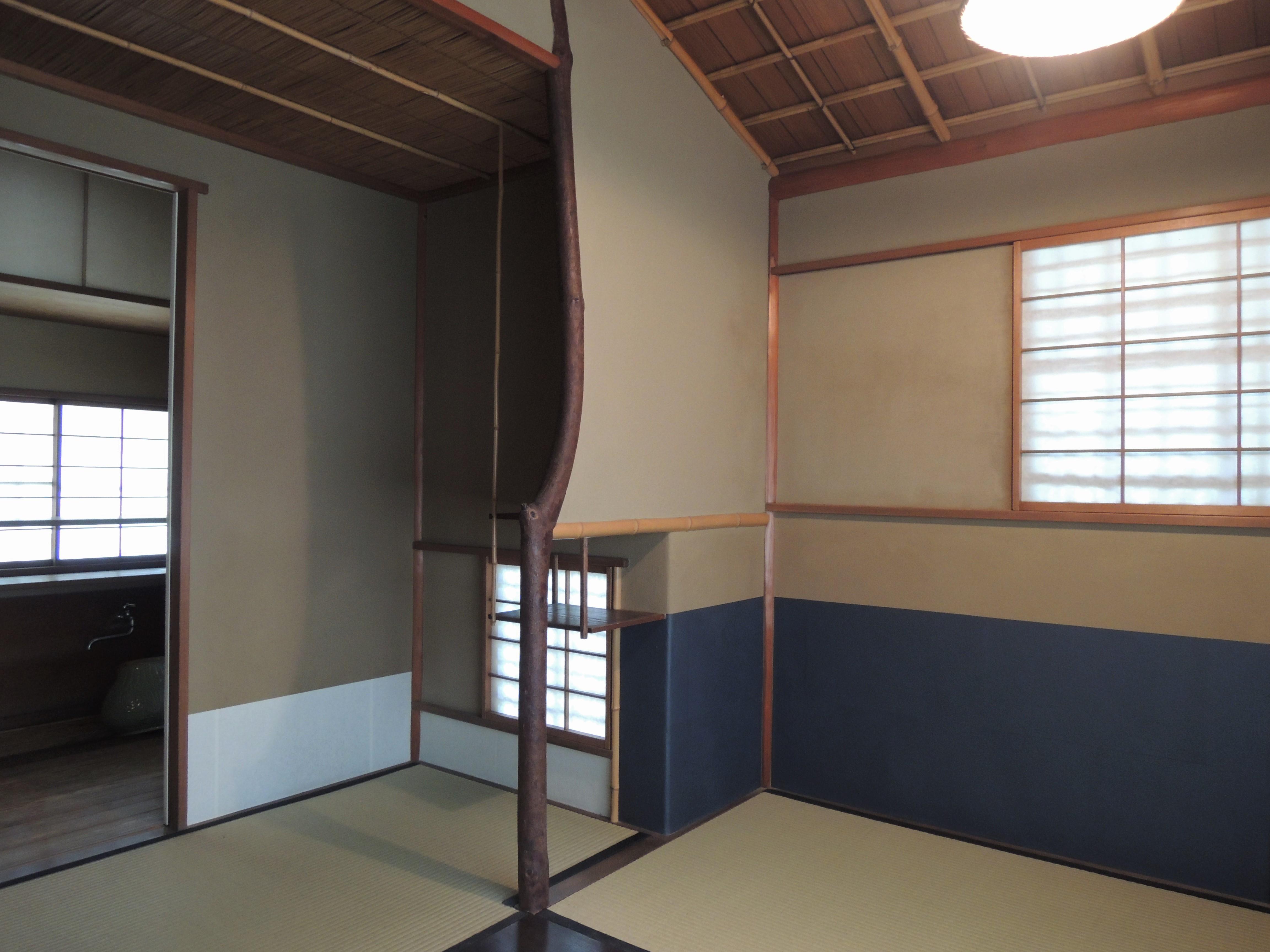 <p>3畳台目の茶室(2)</p>東面に躙口、屋根を葺き下ろして庇土間とし袖壁を立てる。右手に台目構えの点前座を構える。炉は台目切。
