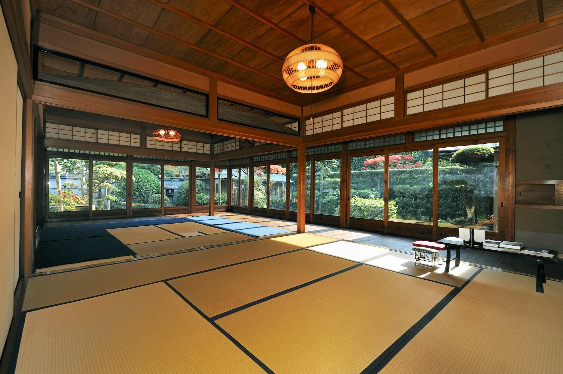 <p>次の間から座敷・縁・庭を眺める</p>長押が巡る竿天井。座敷の天井は杉柾、次の間は杉杢で竿の方向をかえる。庭園は奥行があり季節感を保つ。