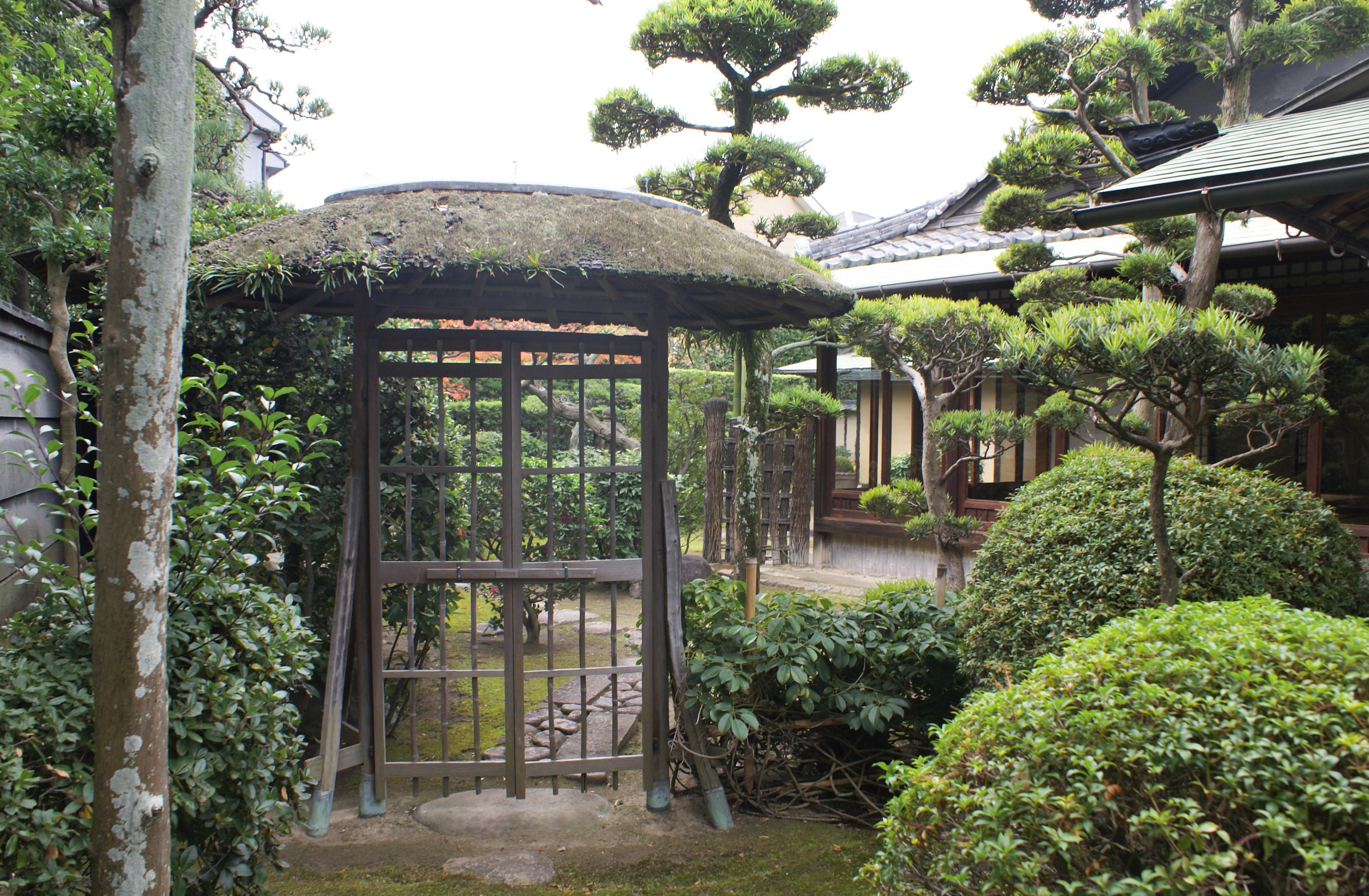 <p>内路地から見た中門-網笠門</p>屋根の形状が編笠に似ているので、編笠門と呼ばれる。武者小路直斎の好みがその原型と伝えられている。