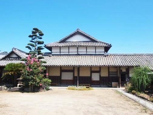 <p>長屋門から前庭・主屋を見る。</p>庄屋を務めた江戸時代からの豪農で村高1,600石を誇っていた。農屋敷構えの構造が良く保存されている。