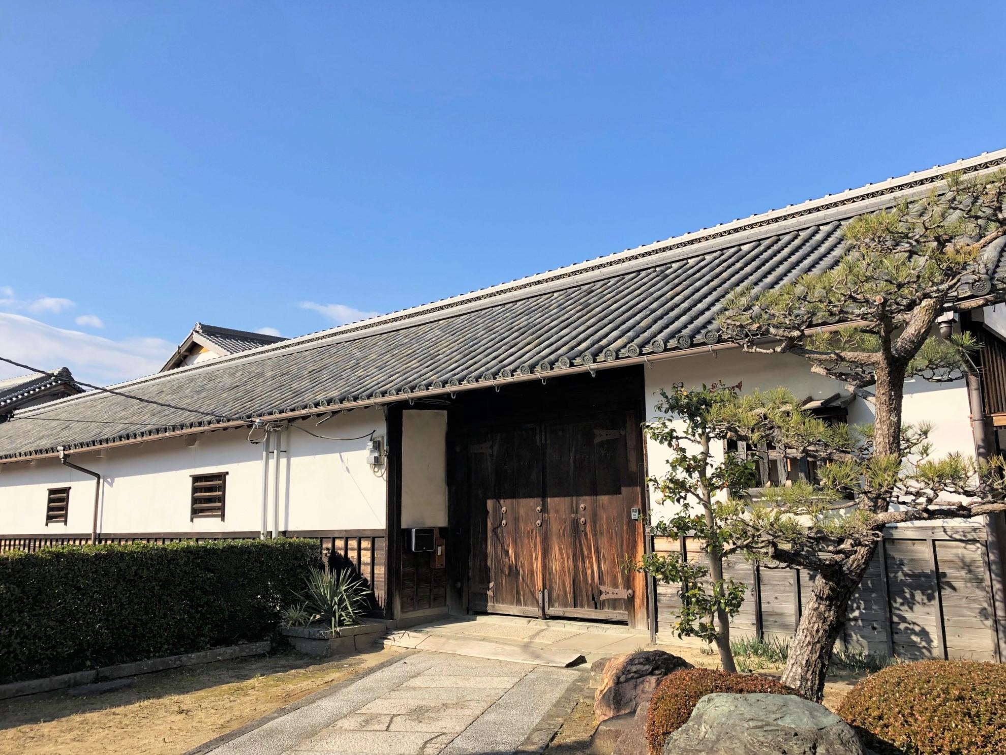 <p>内部の門である長屋門</p>敷地幅ほぼ一杯の間口約30m、その屋根が屋敷の景観を特徴づける。太い格子を横につけた与力窓を付ける。