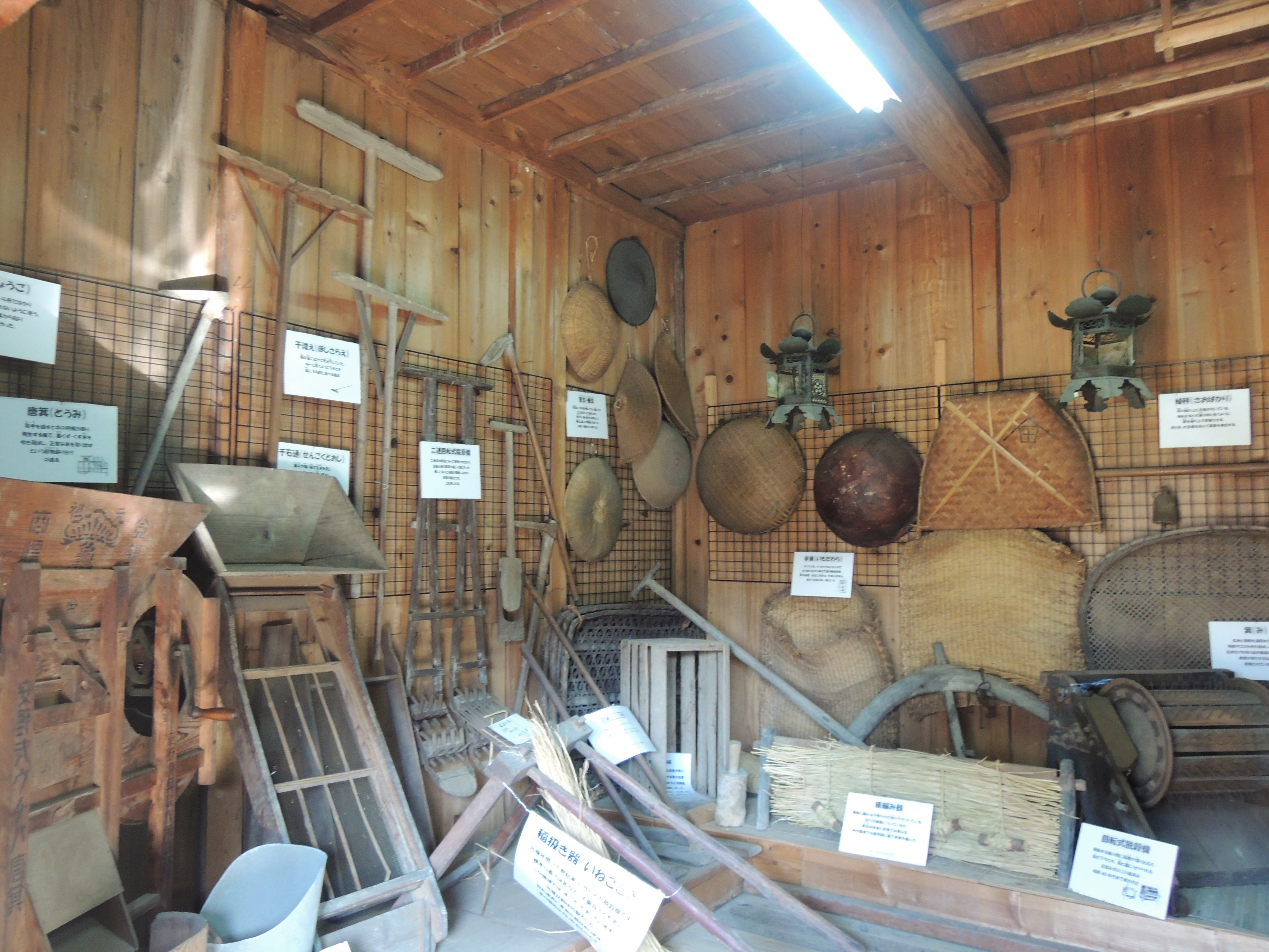 <p>米蔵を民俗資料館として公開活用</p>3部屋を古文書・農機具・調度品に分け、所蔵品や地域からの寄贈品を展示、歴史や暮らしの工夫が伝わる。