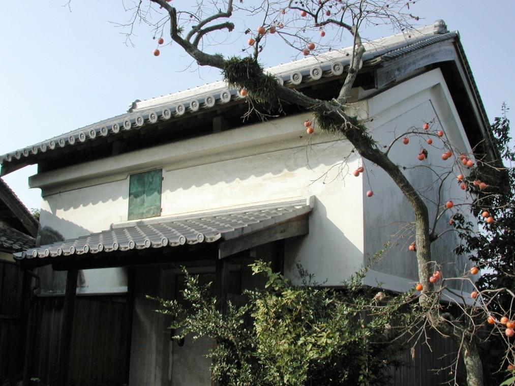 <p>置き屋根の土蔵</p>主屋北側の奥にあり,内向きの家財などを納めた。1794年と建築年代が古い。断熱効果のある置屋根形式。