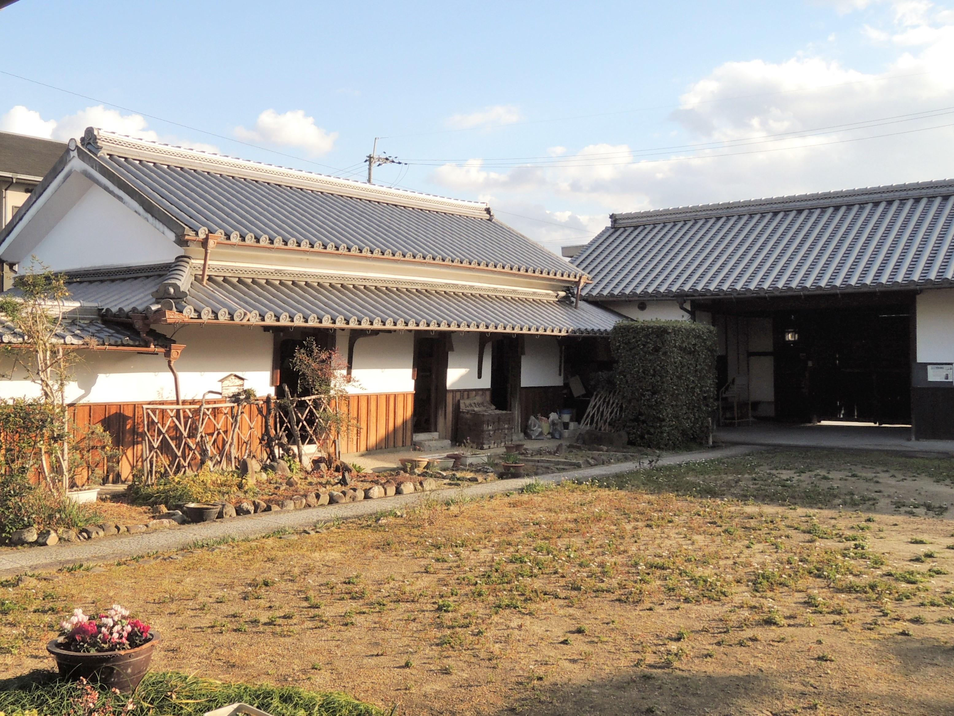 <p>前庭を囲む米蔵と長屋門</p>米の運搬に便利な敷地外近くにあり、正面に扉を持つ3室に分かれる。年貢の米を収納したことが窺われる。