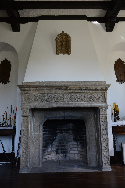 <p>応接間に設けられた暖炉</p>暖炉は御影石による本格的な物である。正面にロゼット文様を浮き彫りしている。