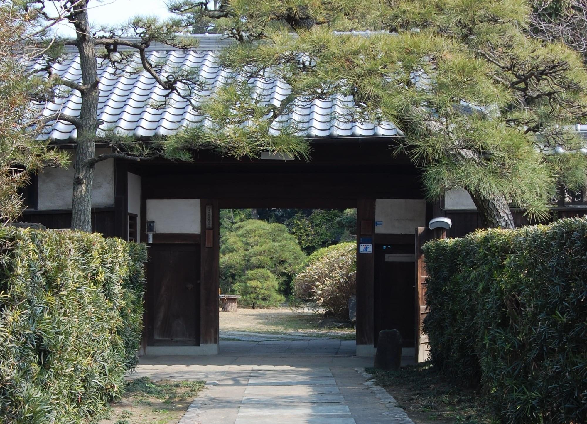 <p>勝手門及び納屋 </p>切妻造桟瓦葺で長屋門の形式