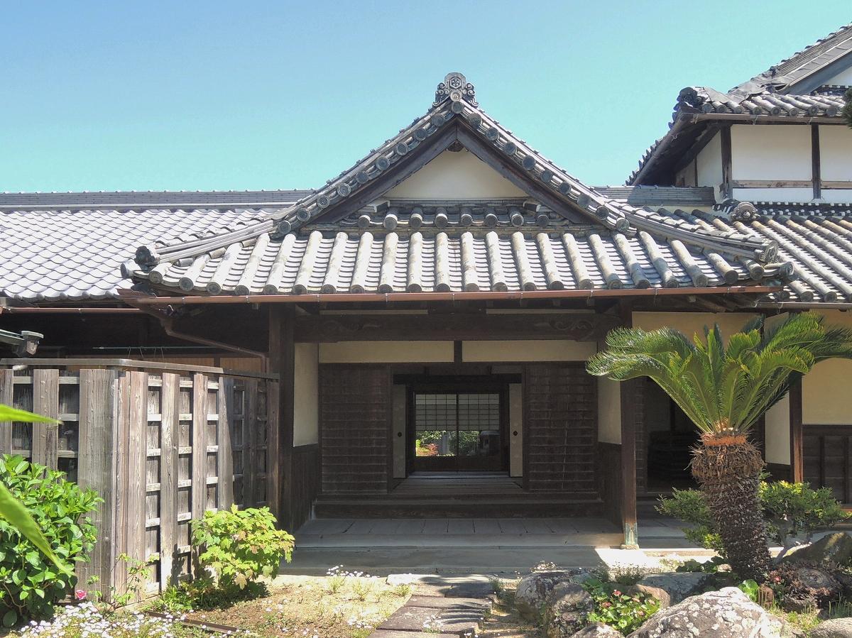 <p>式台・座敷・茶室のある玄関棟</p>主屋西側、式台付の玄関と小玄関があり、奥に茶室を設ける。母屋の破風を突き出し,庄屋の格式をあらわす。