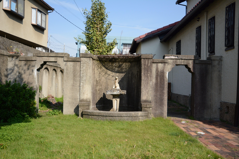 <p>外壁から連続している壁泉</p>庭を間仕切り、半円形の平面の泉と繰形をつけた開口部が特徴的である。