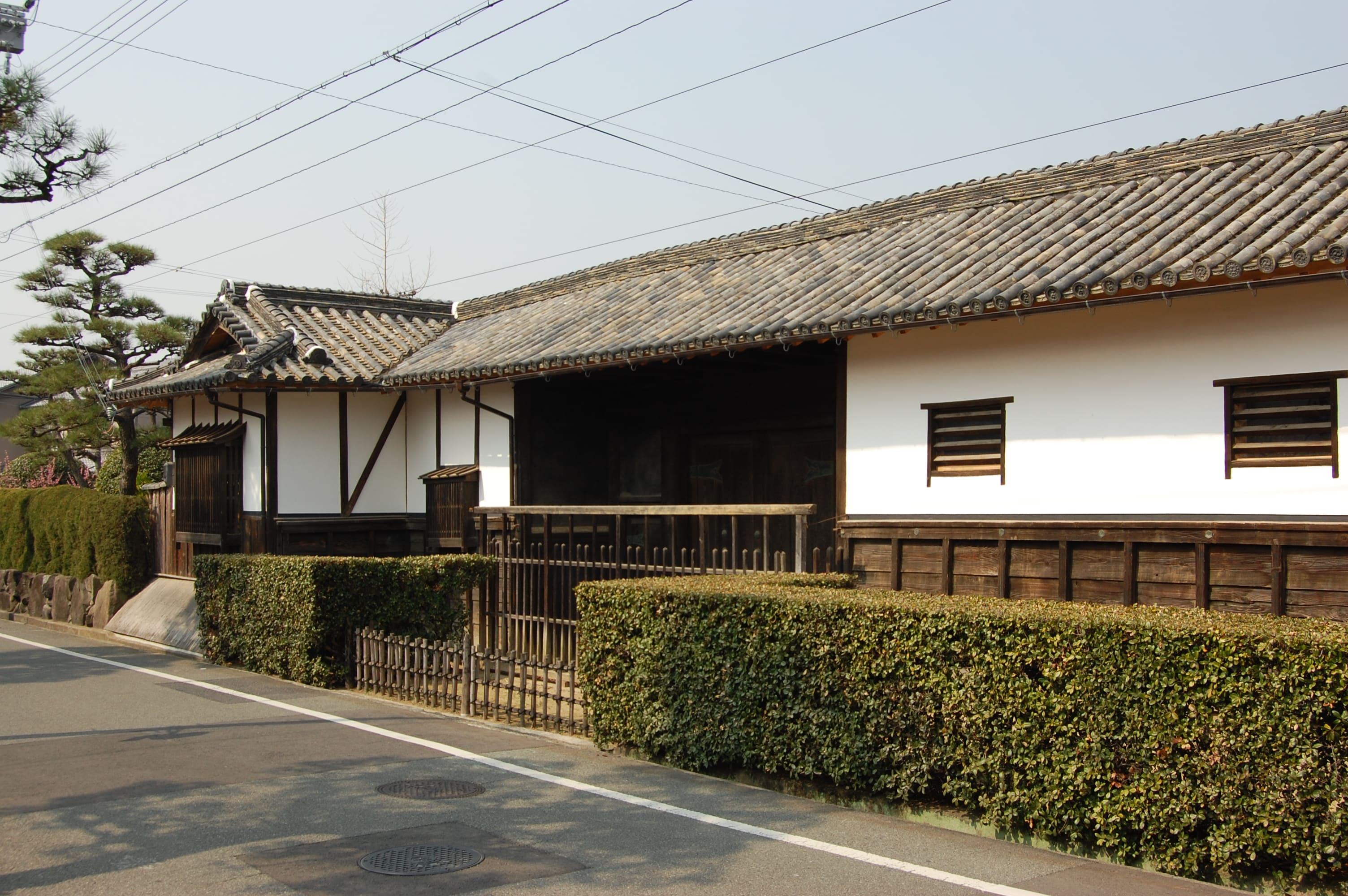 <p>表門</p>木造平屋建、片入母屋造の表門は明治10年再建である。