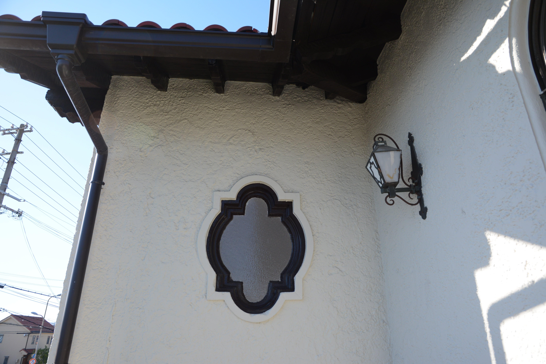 <p>噴水泉の形と同じ採光窓</p>窓の形もロゼッタ文様を意識している。