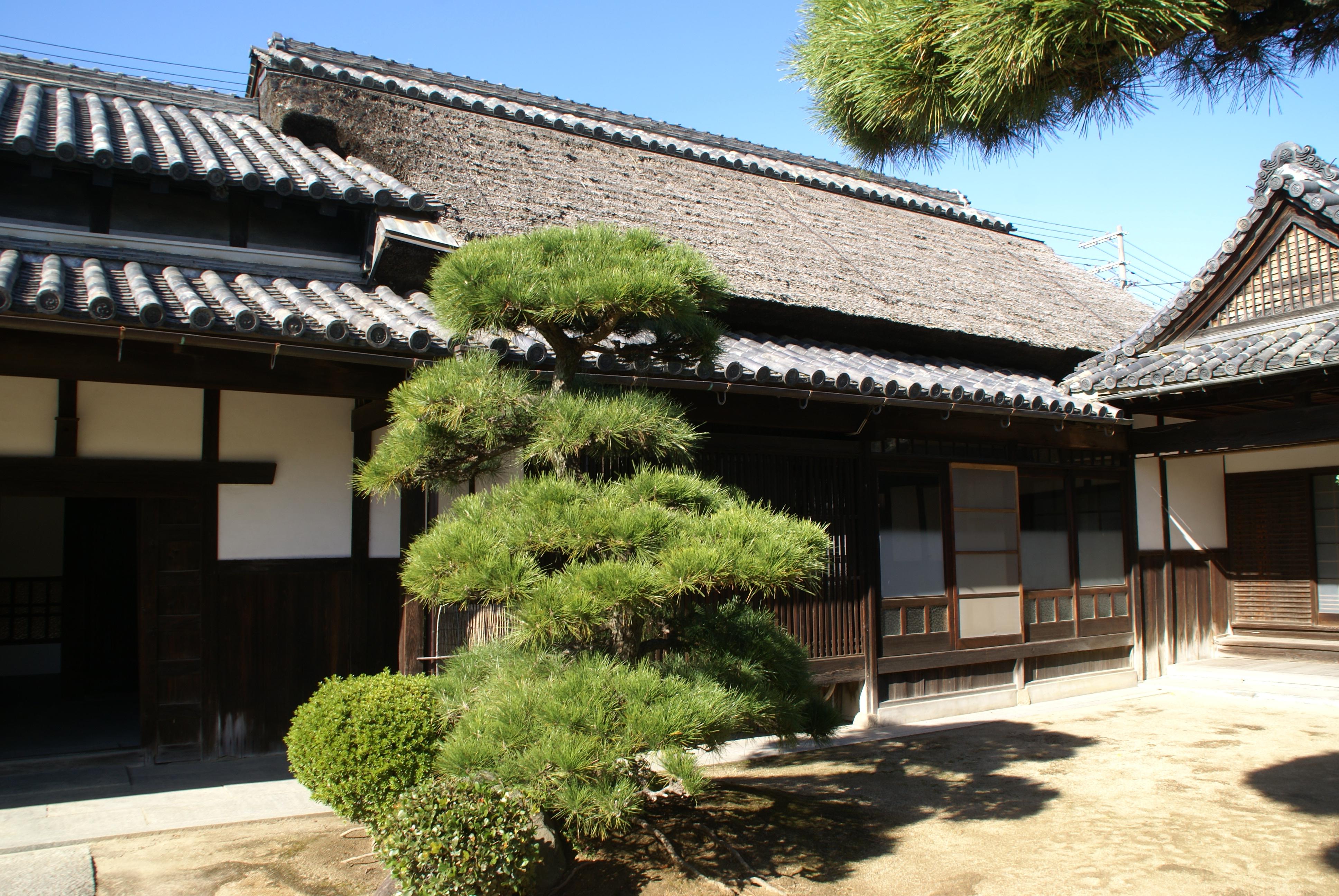<p>主屋の茅葺屋根</p>居室部が茅葺、土間部が本瓦葺・つし2階建。居室部が整った19世紀前期頃の完成とみられる。