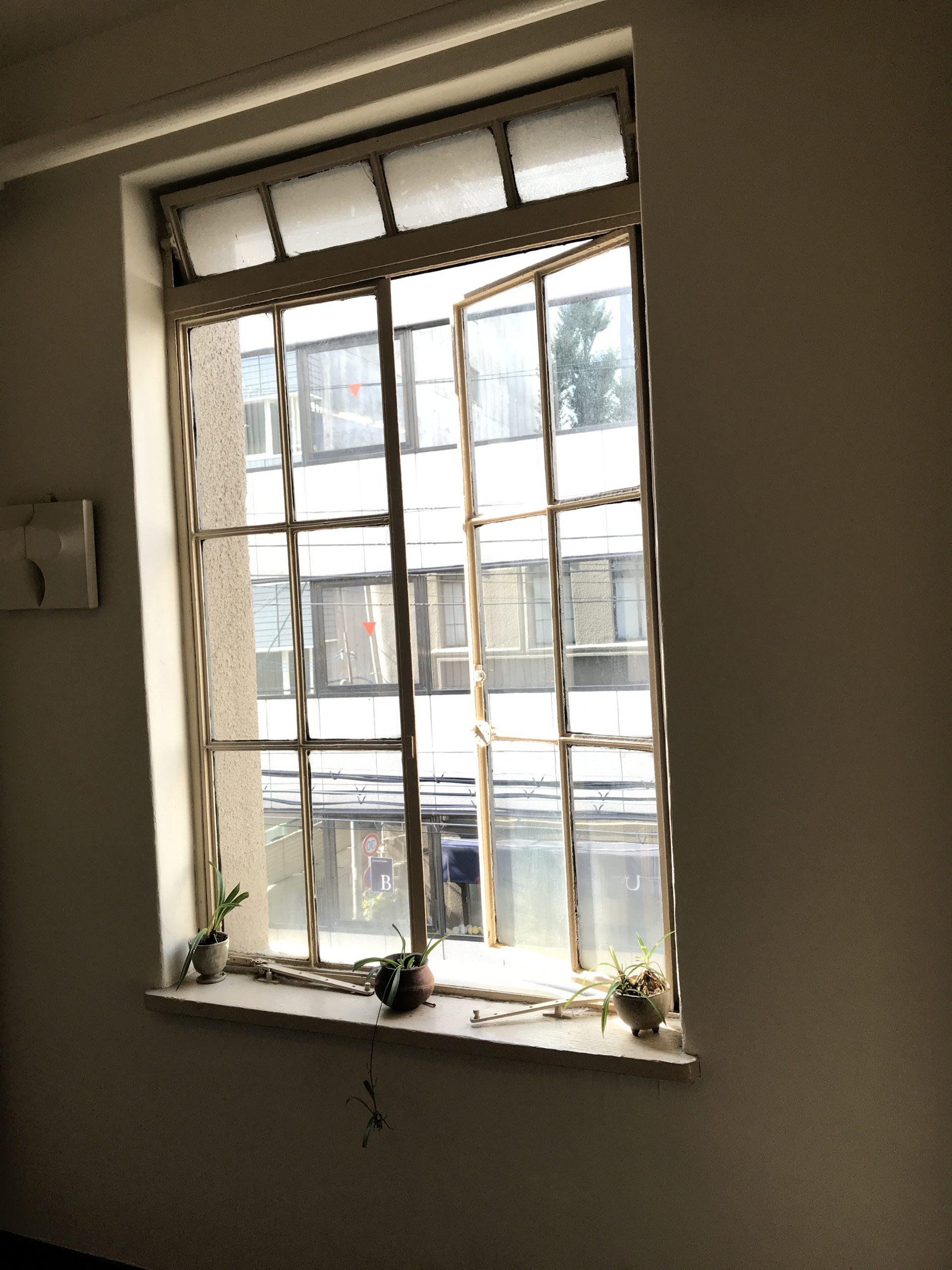 <p>ガラス窓</p>当時の窓が多く残り、やさしい日差しをとりこんでいる