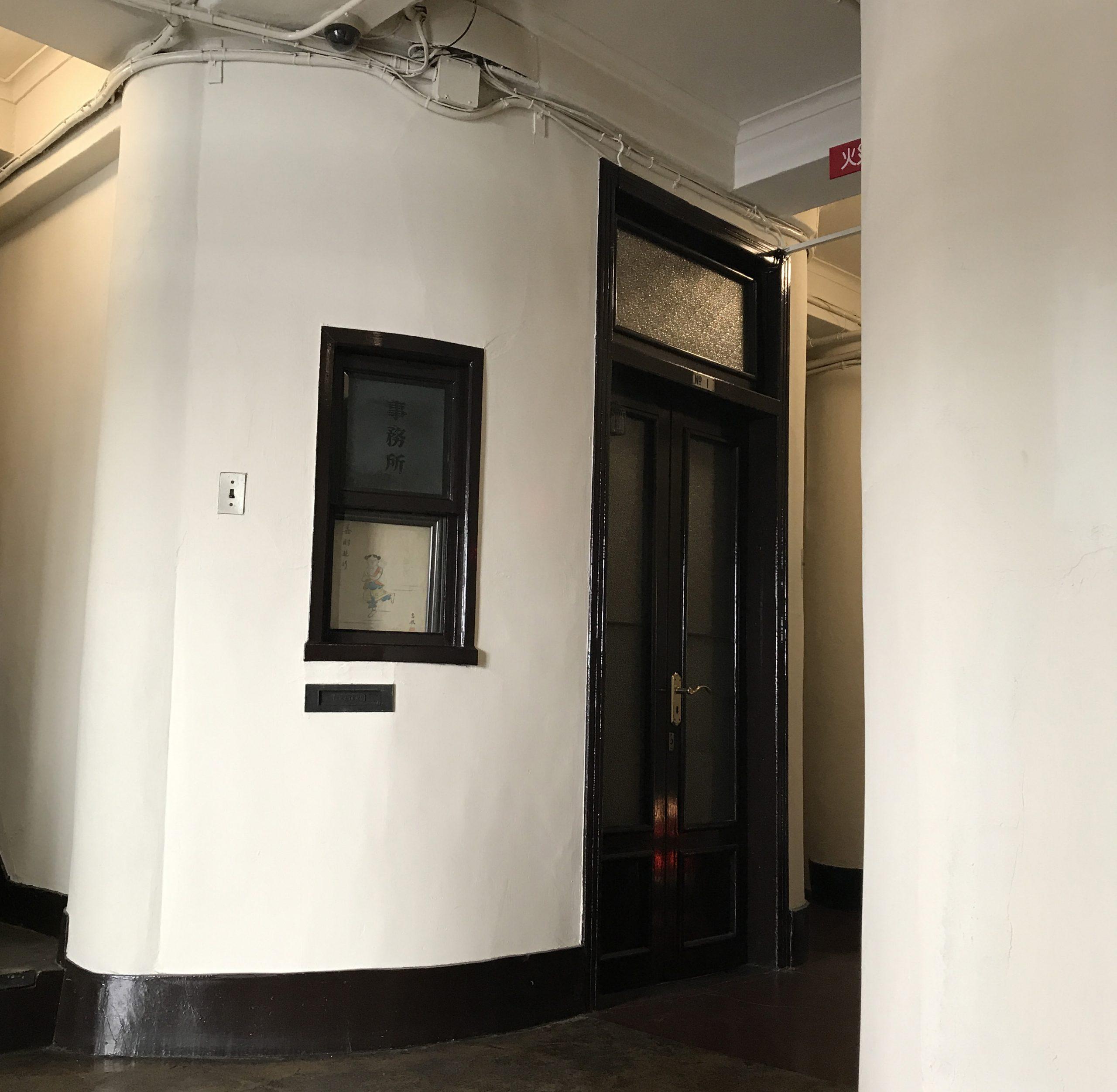 <p>電話交換室</p>エントランスホールに残るかつての電話交換室