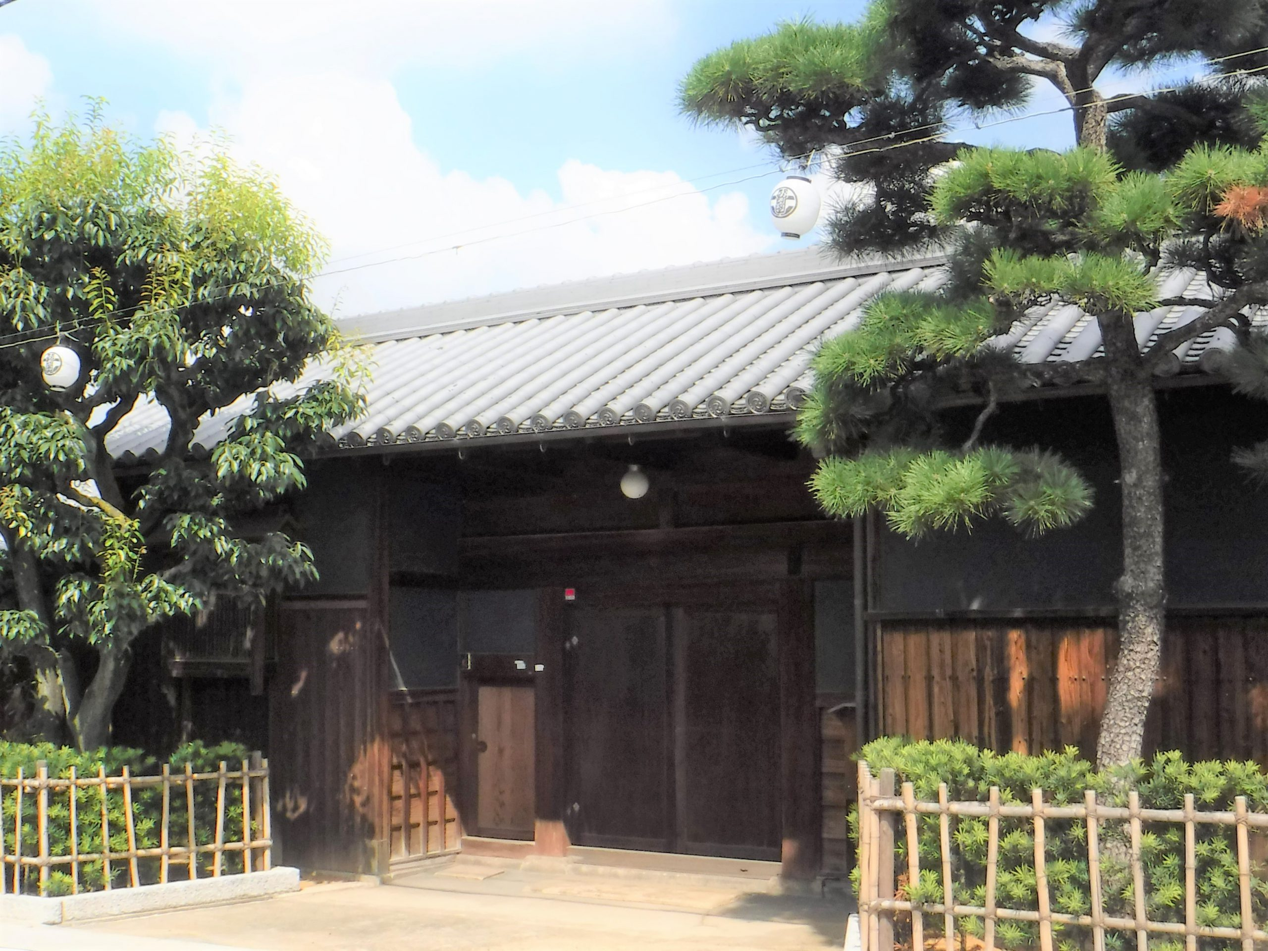 <p>門長屋(閉門時)</p>中央に大戸口を開き、東に衣装蔵、米蔵を配す。
