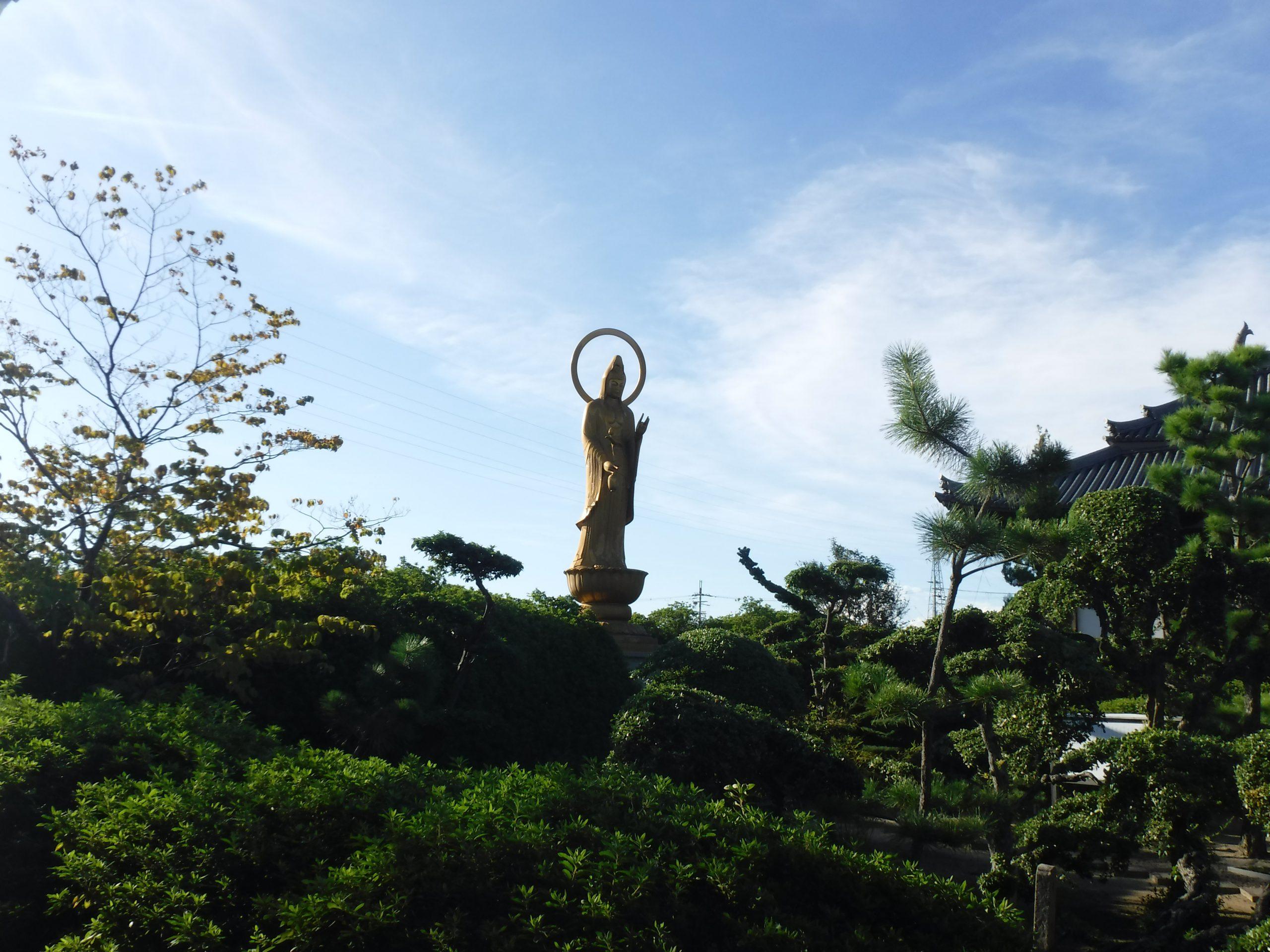 <p>境内 厄除大観音</p>曹洞宗の僧、宗月が霊夢によって地中より観音像を掘り出したという由緒にちなみ建立された。台座を含み約10mの高さがある。