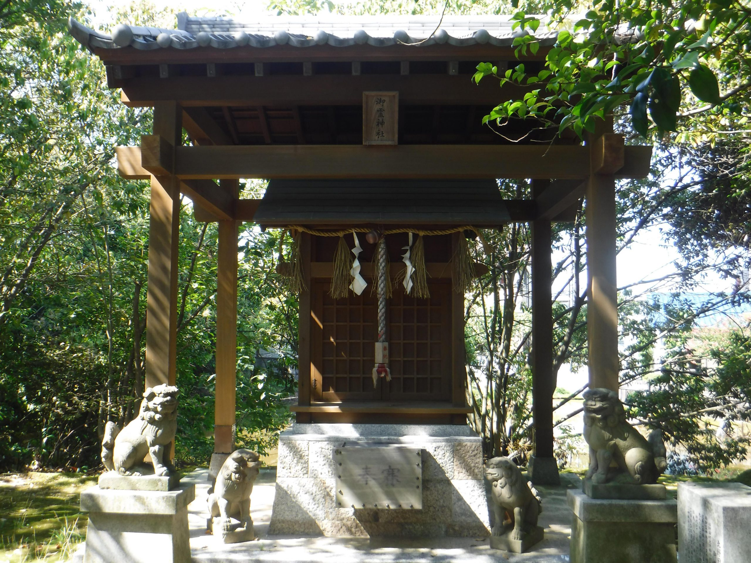 <p>末社御霊神社</p>旧野田村北野田の村社であった北御霊神社と南御霊神社を合わせ祀る。