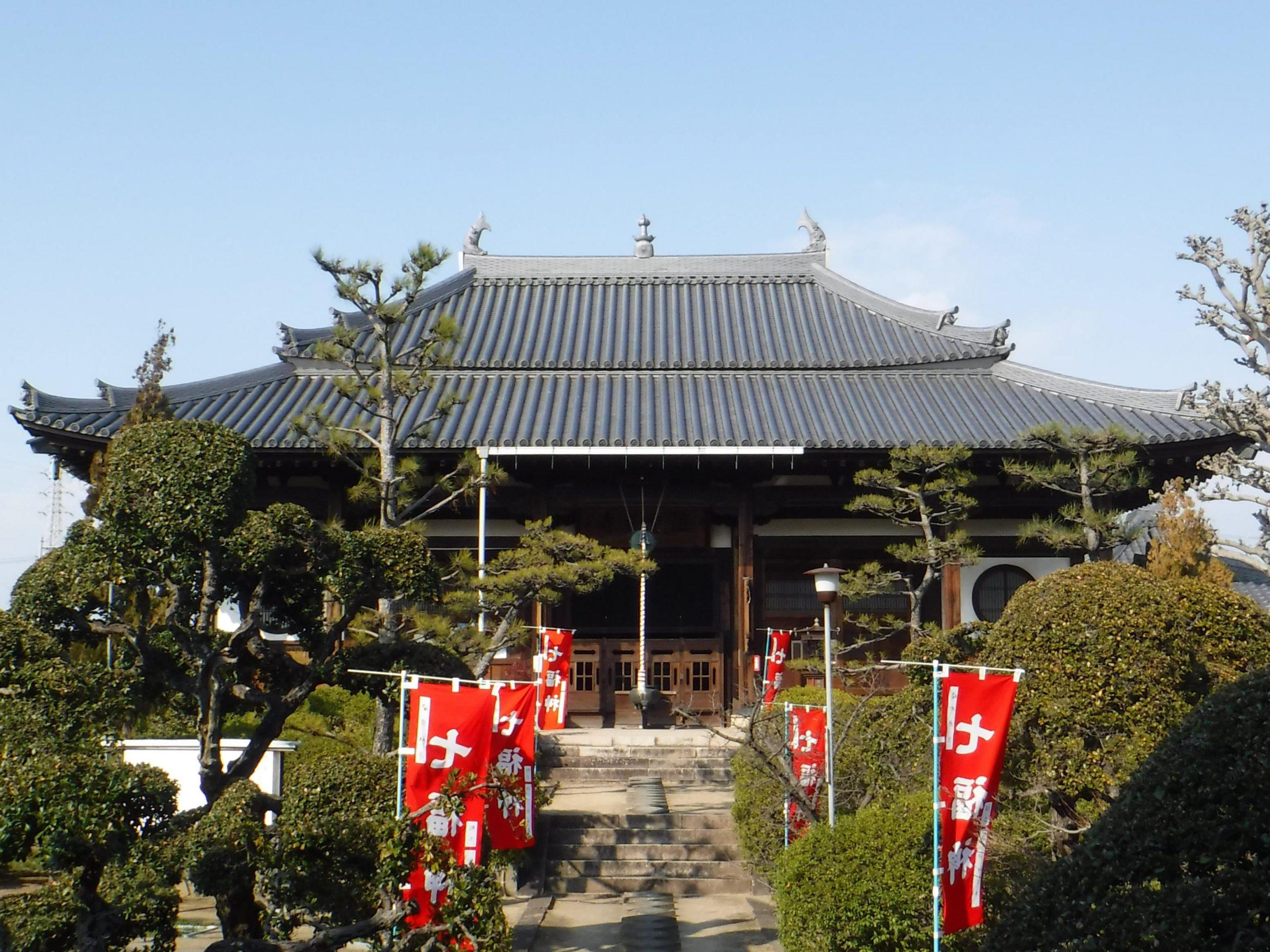 <p>大雄宝殿(大殿/本堂 市指定)</p>錣葺(しころぶき)屋根とし、棟には中央に宝珠、両端に鯱をおく。