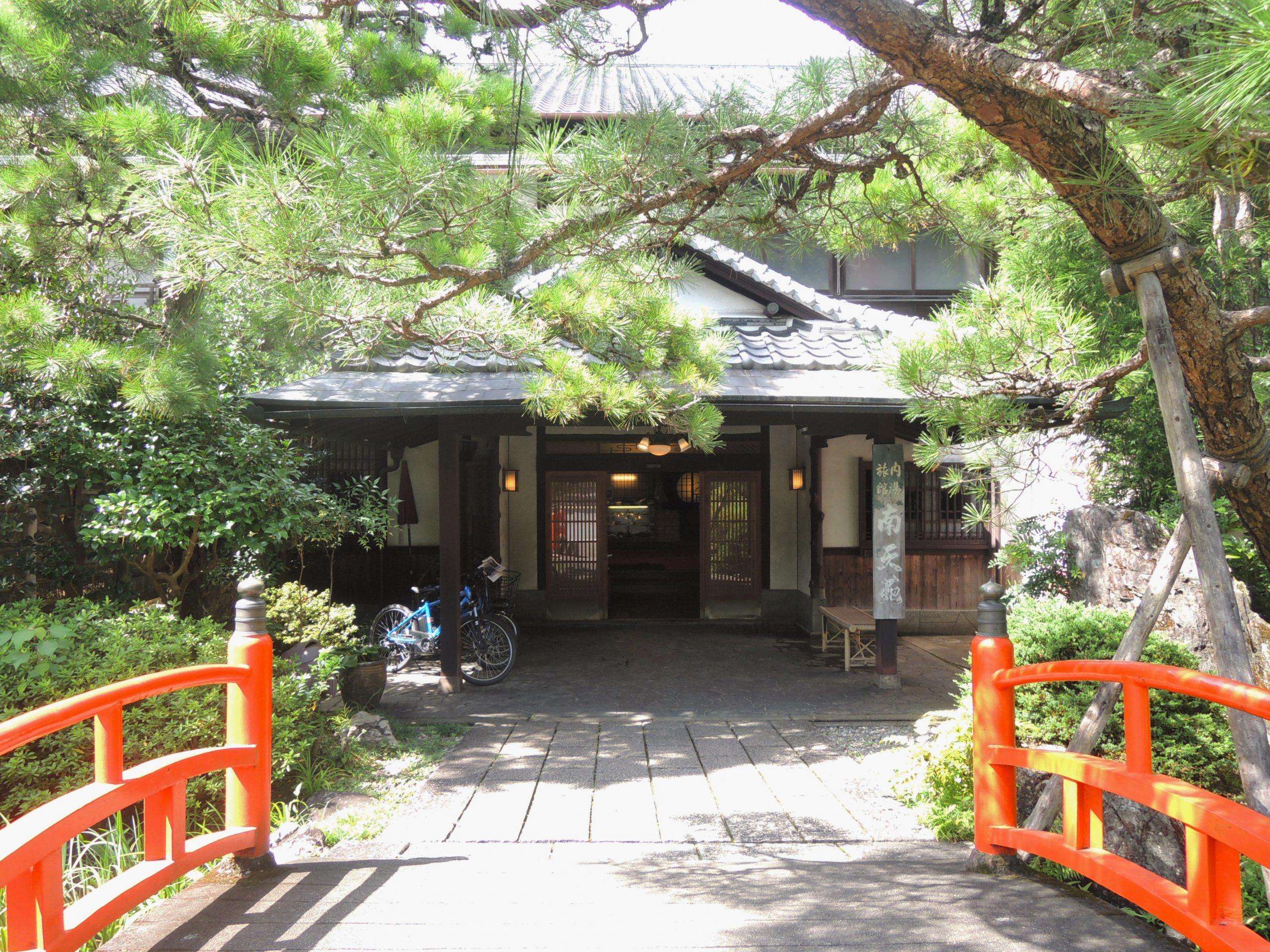 <p>赤い欄干の太鼓橋と正面玄関</p>1階南面のほぼ中央に玄関及びホールを置く。『家族湯』当時の細部に渡る数奇屋意匠は随所に残る。