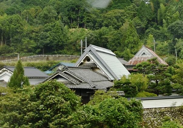 <p>島の谷地区の古民家(離れ)</p>南天苑近くの島の谷地区の江戸時代の茅葺の古民家を改修し活用。歴史的な景観の維持・継承に努めている。